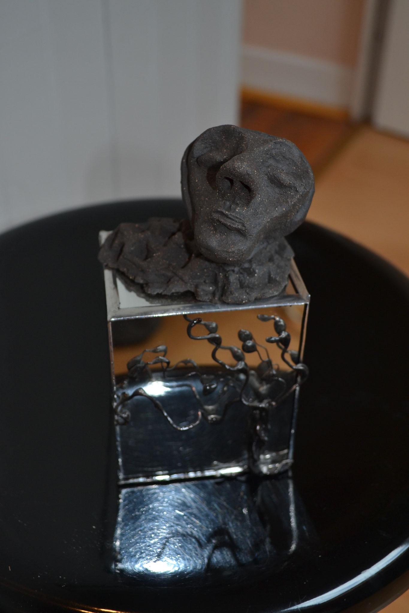 Tête céramique grès noir sur socle miroir avec arbre