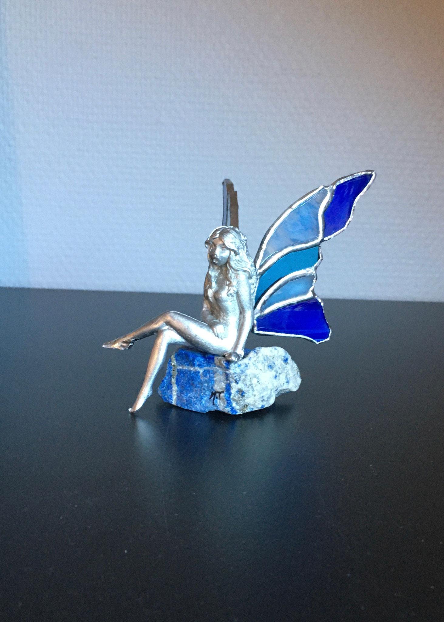 Elfe en étain ailes en Tiffany posé sur Lapis Lazuli