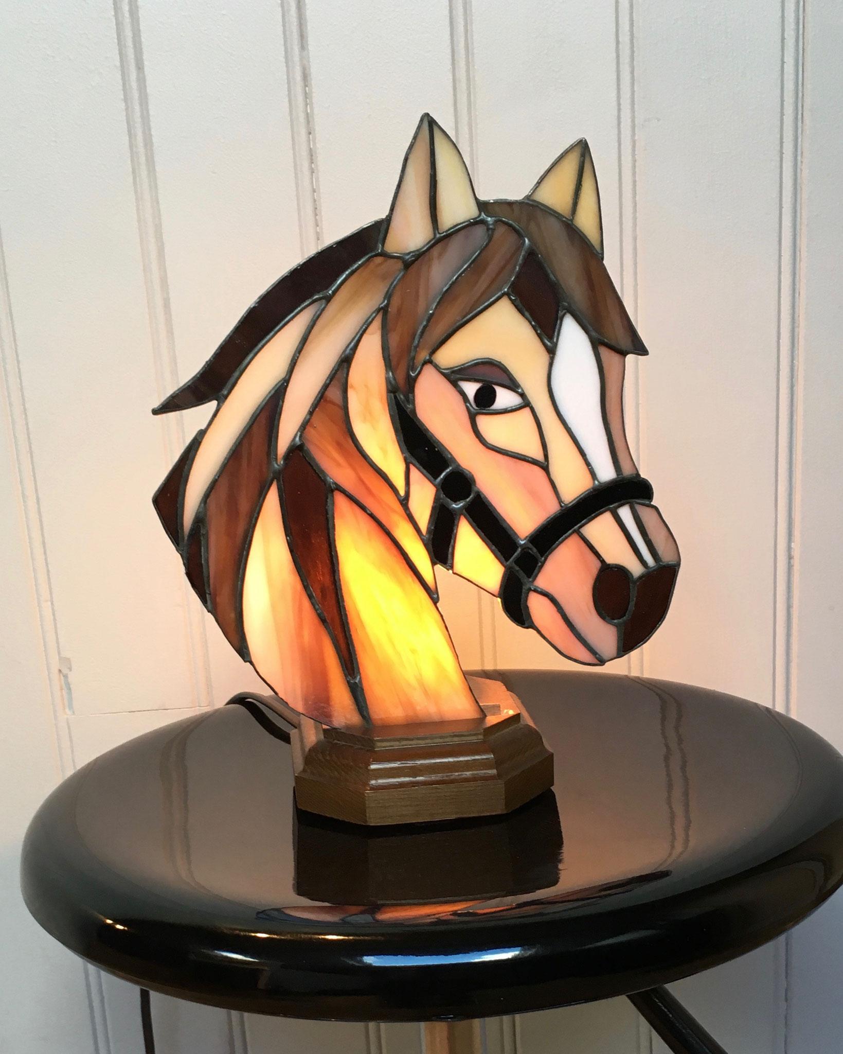 Lampe tête de cheval réalisée en Tiffany Allumée