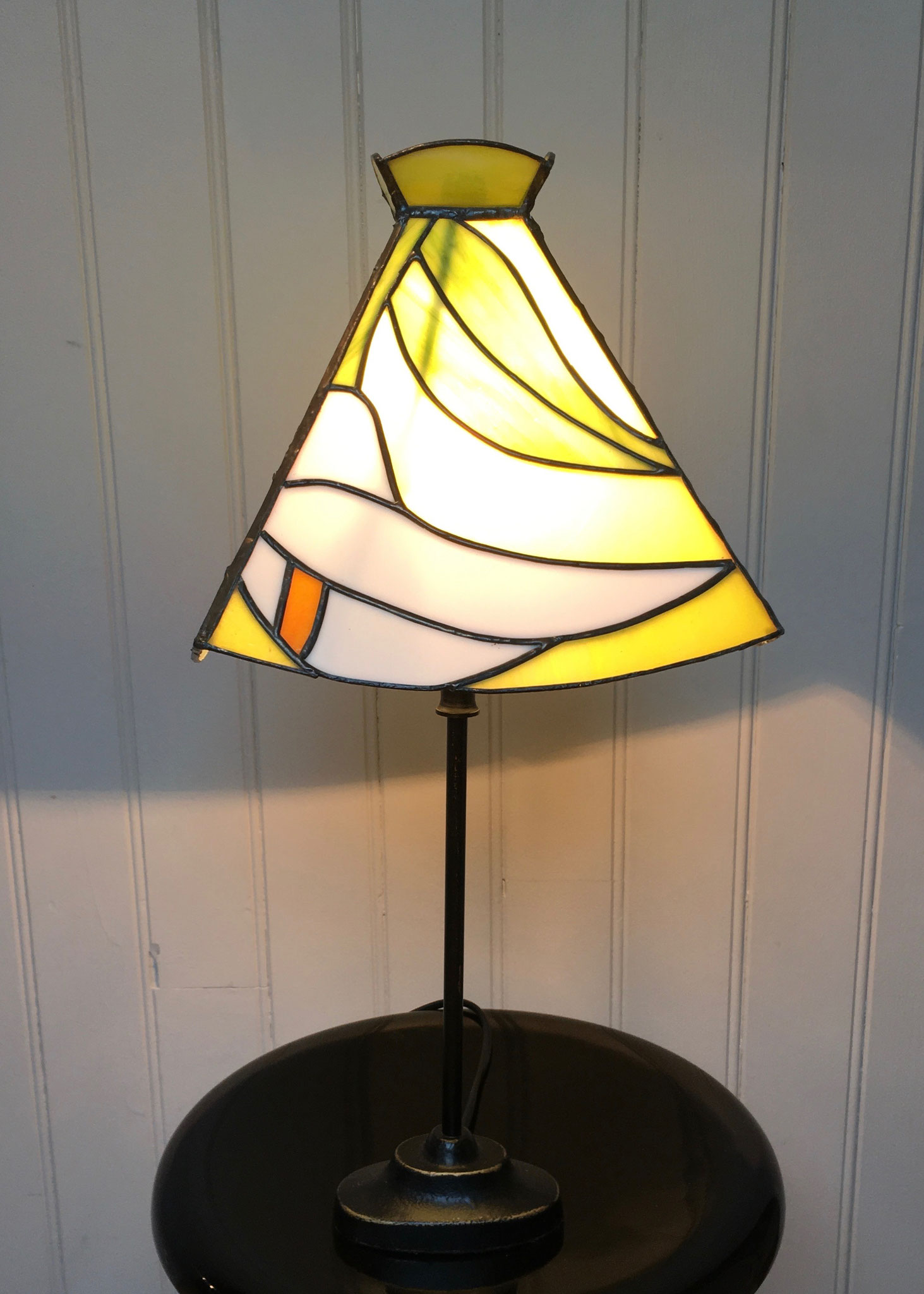 Lampe réalisée en Tiffany sur pied métal Allumée