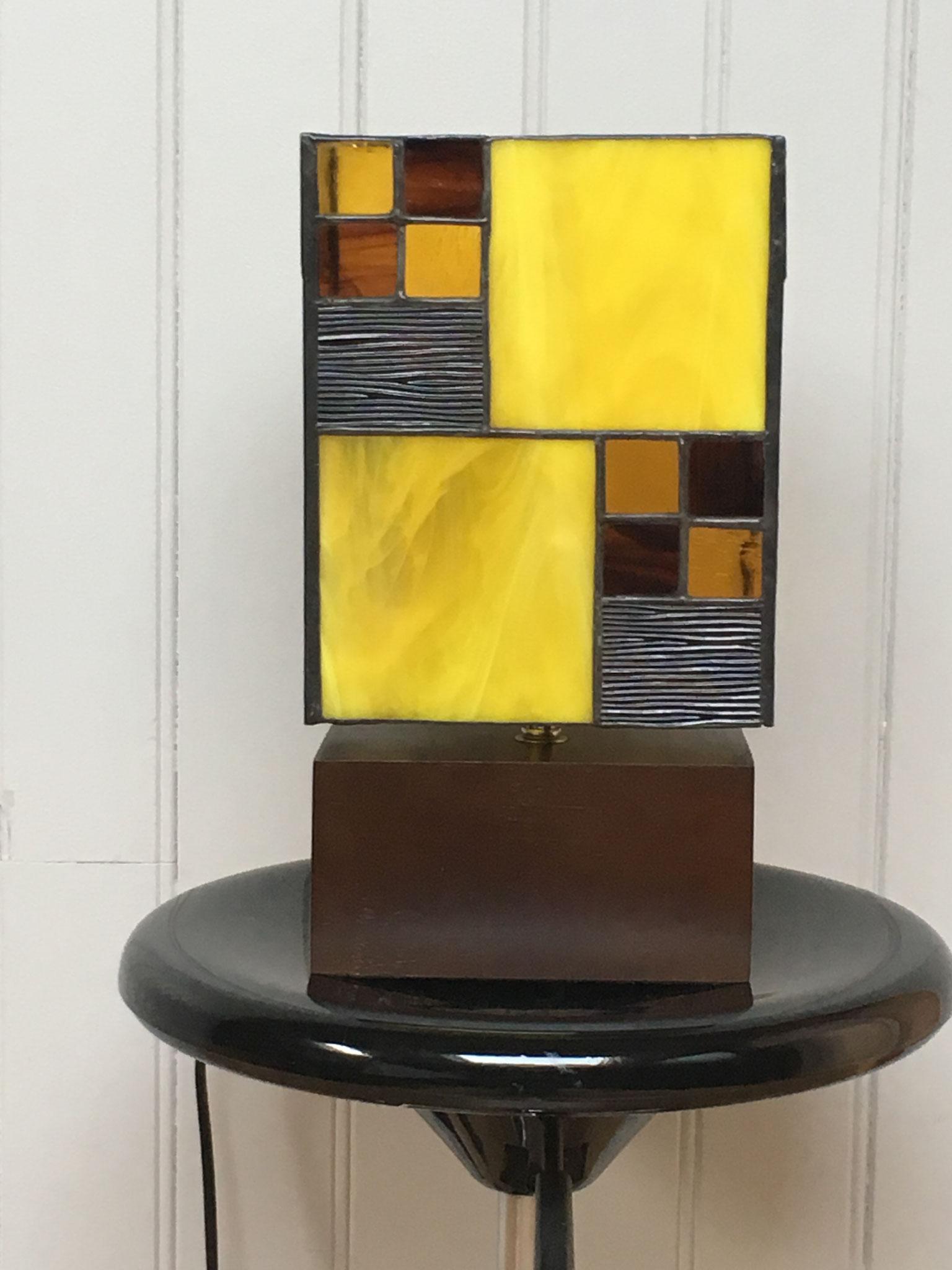 Lampe réalisée en Tiffany sur socle en bois (ht totale 31cm, l 17cm) Vue de face éteinte 93€