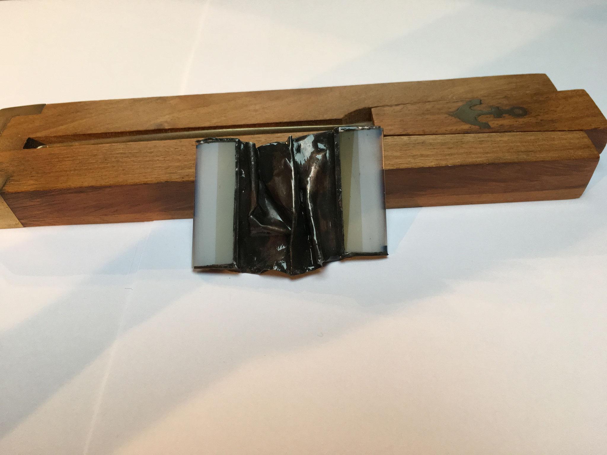 Broche verre et cuivre étamé et patiné (6 x 4 cm) 20€     Ref: BR1
