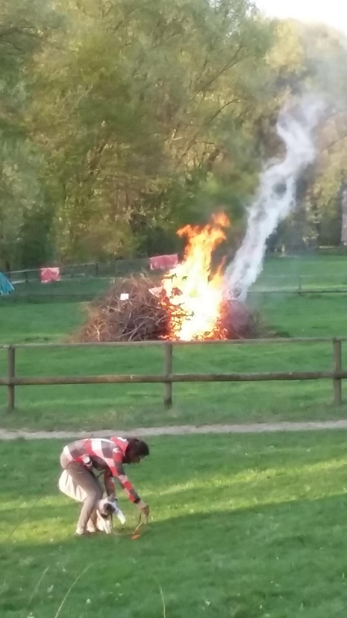 Endlich brennt das Osterfeuer