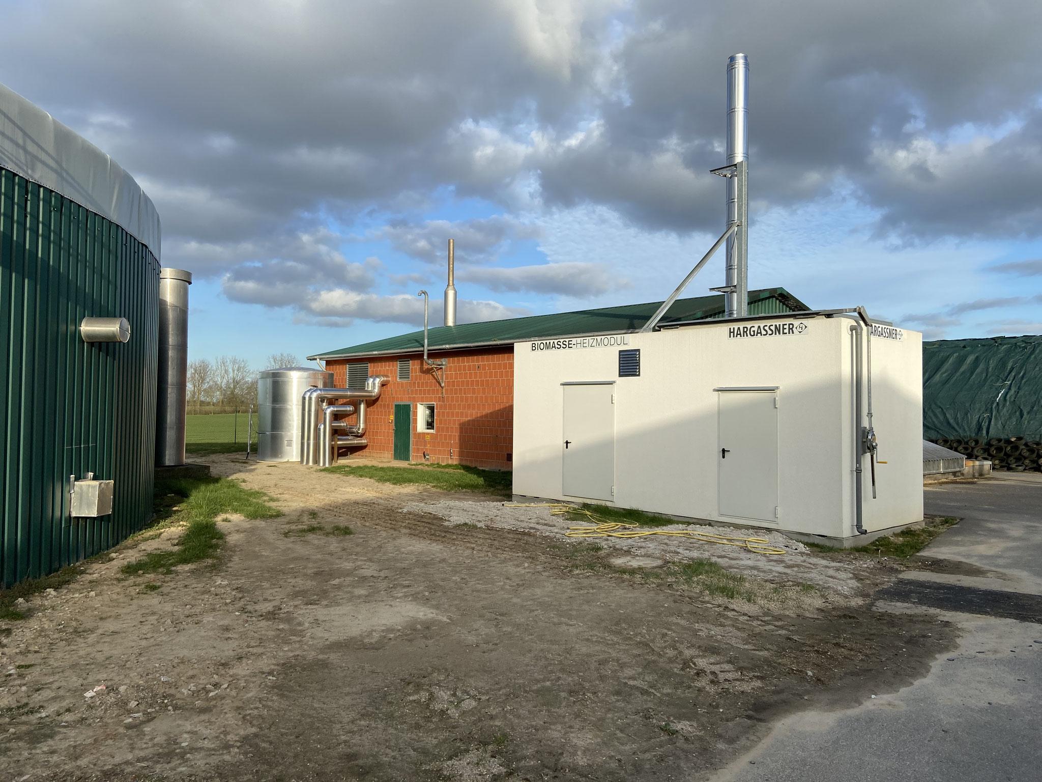 Biogasanlage 2 mit Hackschnitzelcontainer und Wärmespeicher