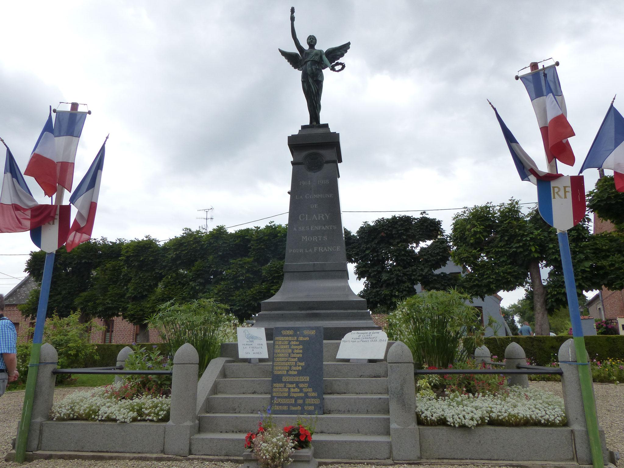 Le Monument est composé d'un pied de ciment, d'une colonne en marbre et d'une statue de bronze...