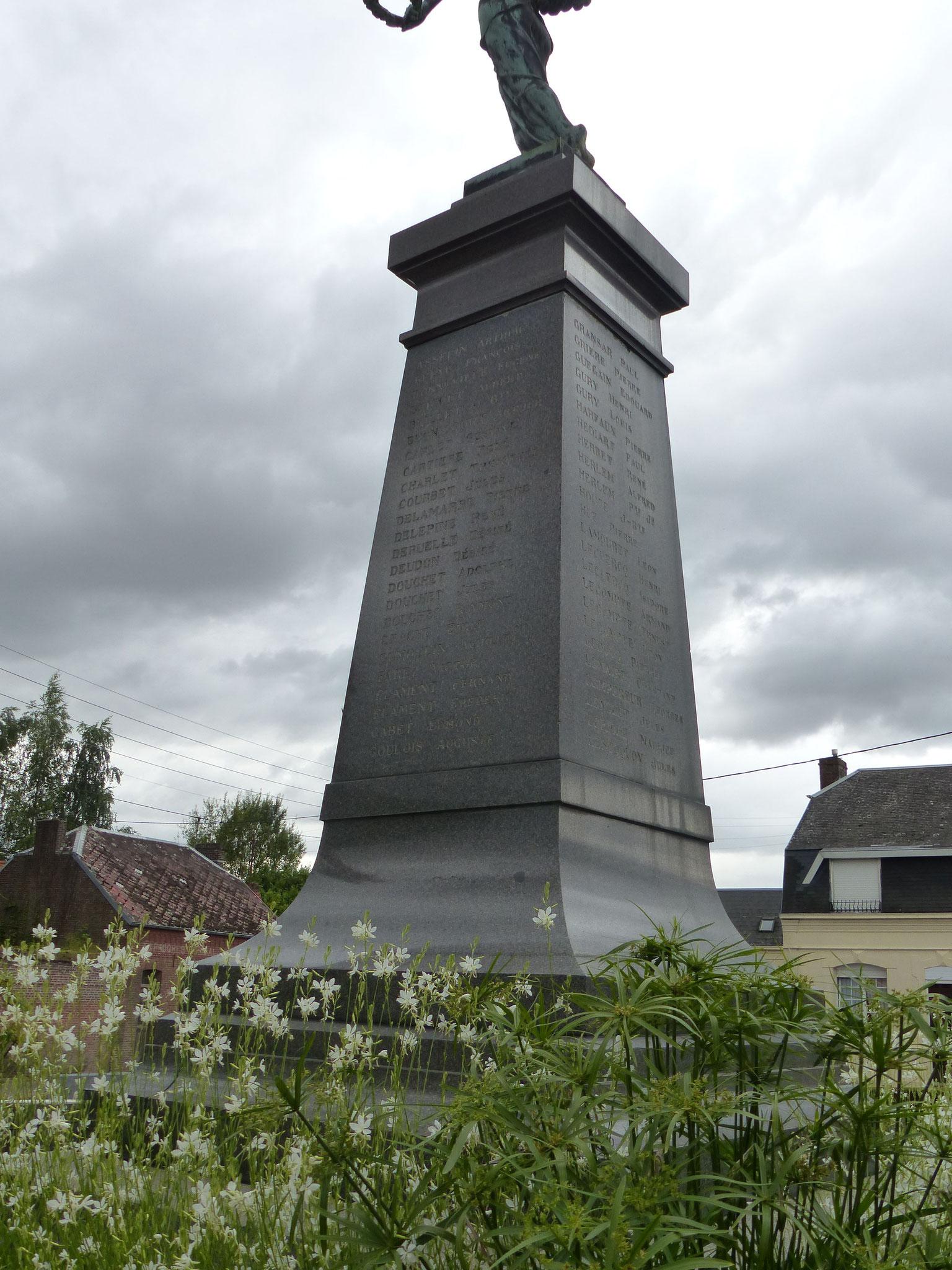 Sur chaque face de la colonne sont inscrits les noms des Clarysiens morts pour la France...