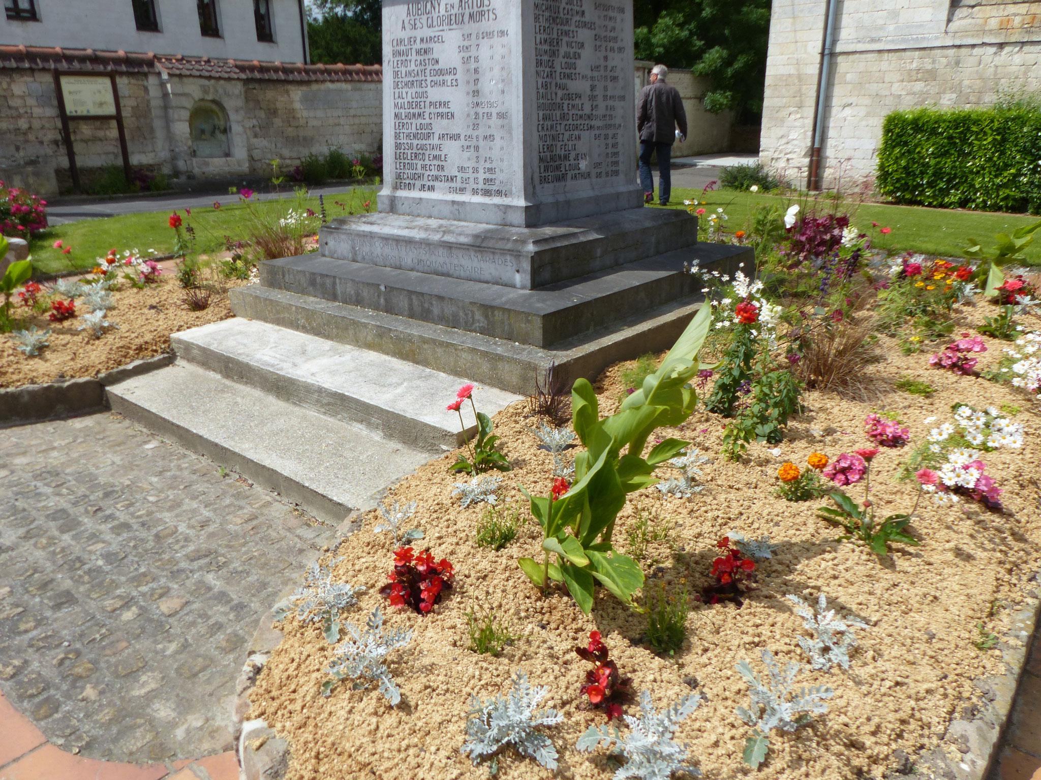 Aubigny-en-Artois, pied du Monument aux morts