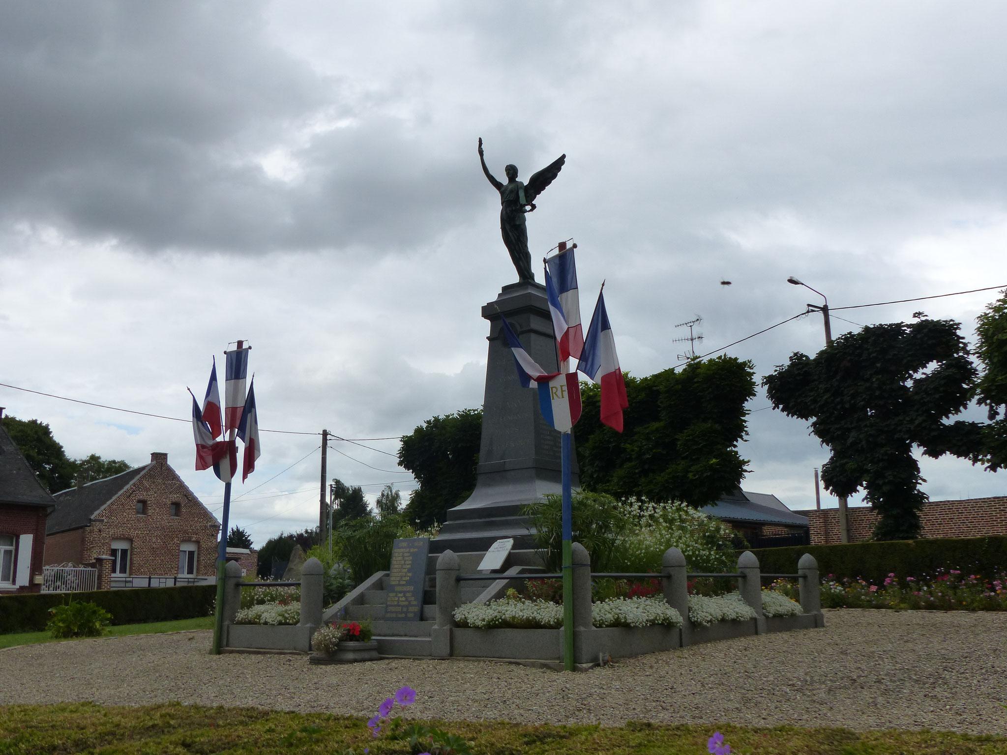 Le Monument aux morts de Clary de 1923, au centre de la Place de la Victoire...