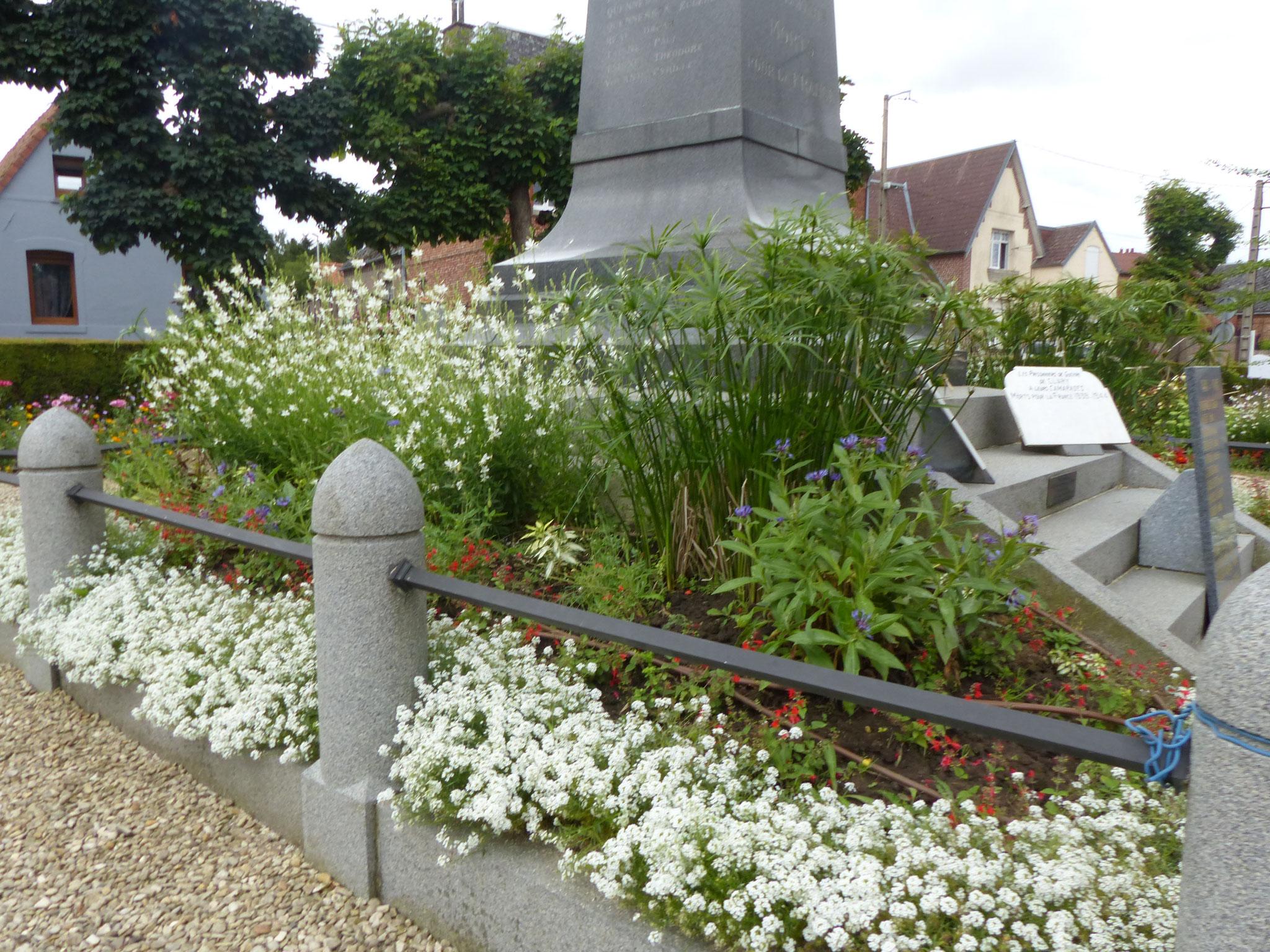 Le monument est implanté dans un espace fleuri: réel lieu de recueillement...