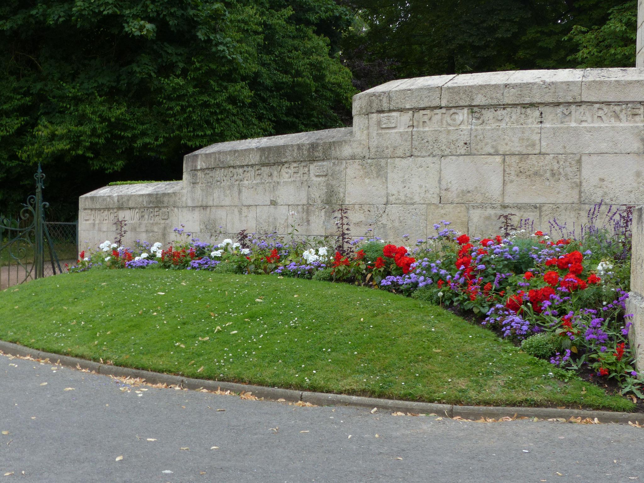 côté droit du Monument de la Victoire