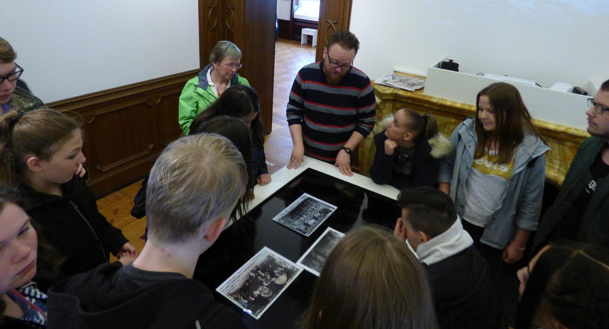 Im Rahmen einer Führung durch die Ausstellung wurden detalierte Informationen durch einen ehrenamtlichen Mitarbeiter der Villa Ten Hompel gegeben