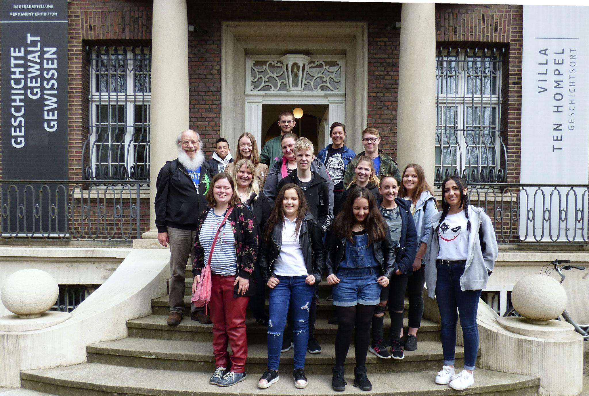 Die TeilnehmerInnen bei der Ankunft an der Villa ten Hompel