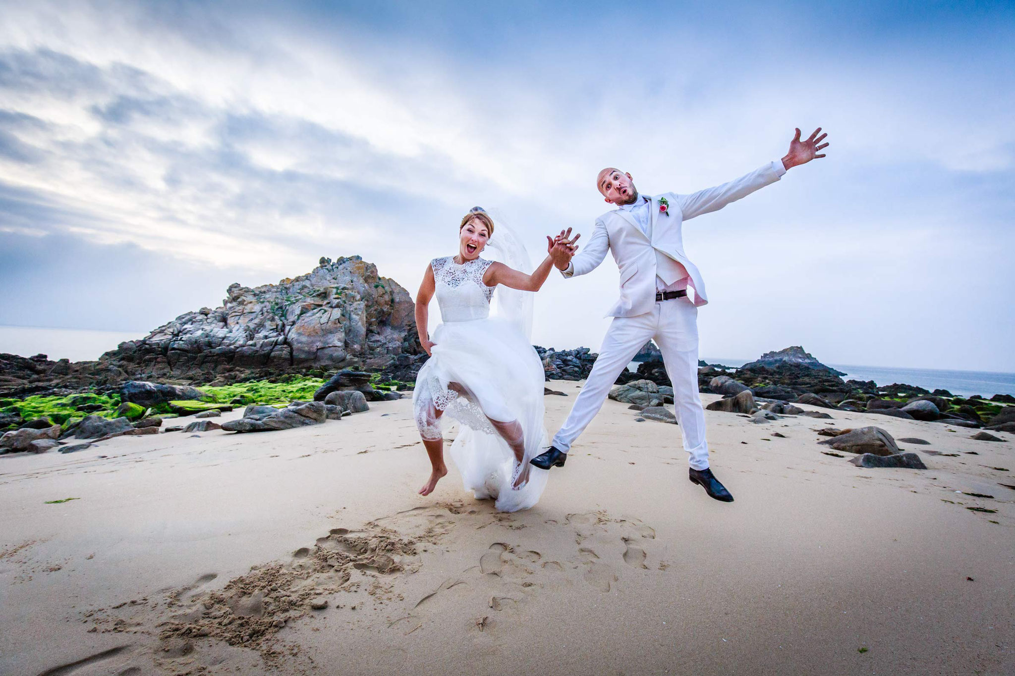 Bride and groom photo sur la plage au coucher du soleil