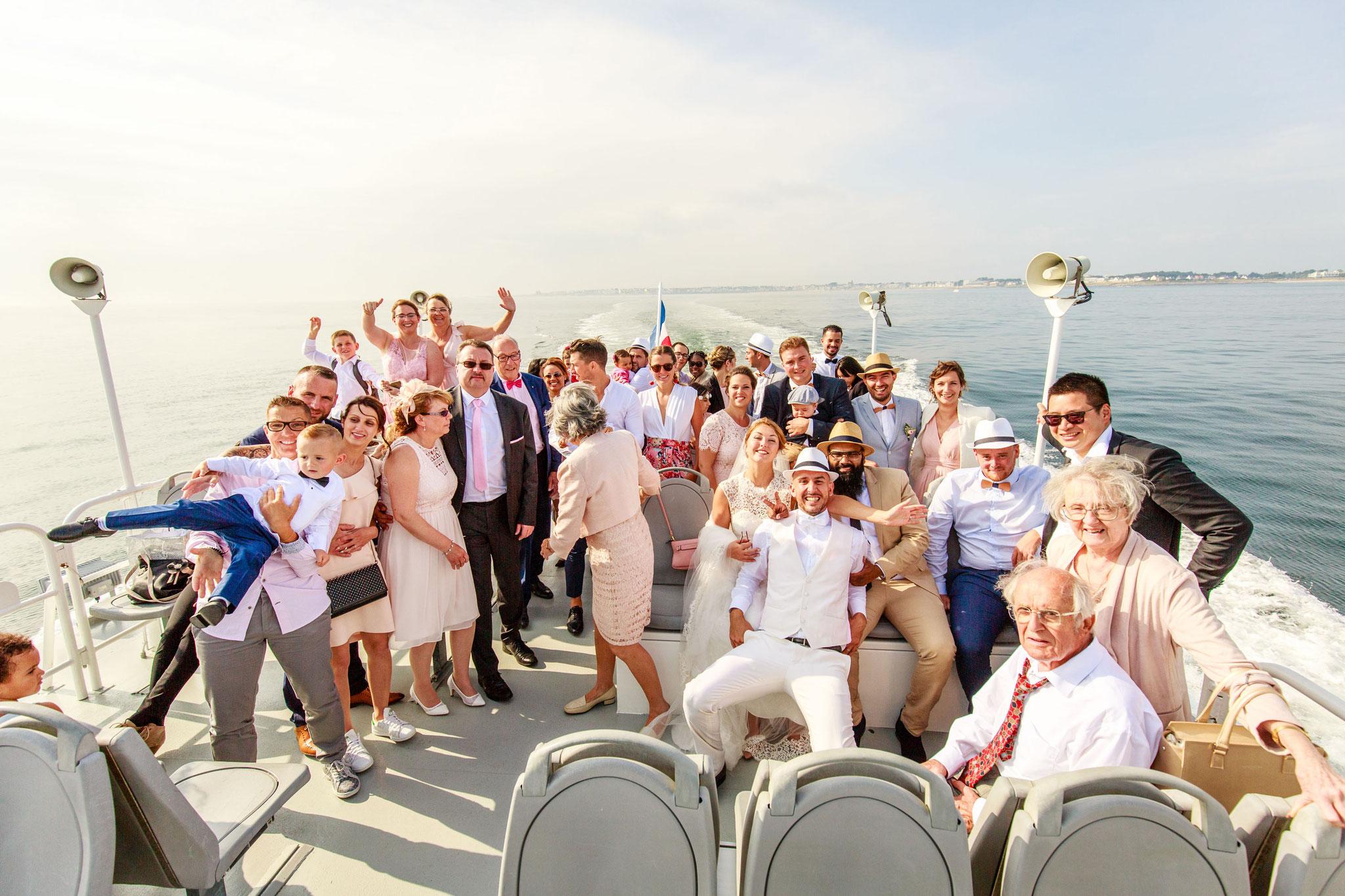 Photographies de mariages photo de groupe sur un bateau