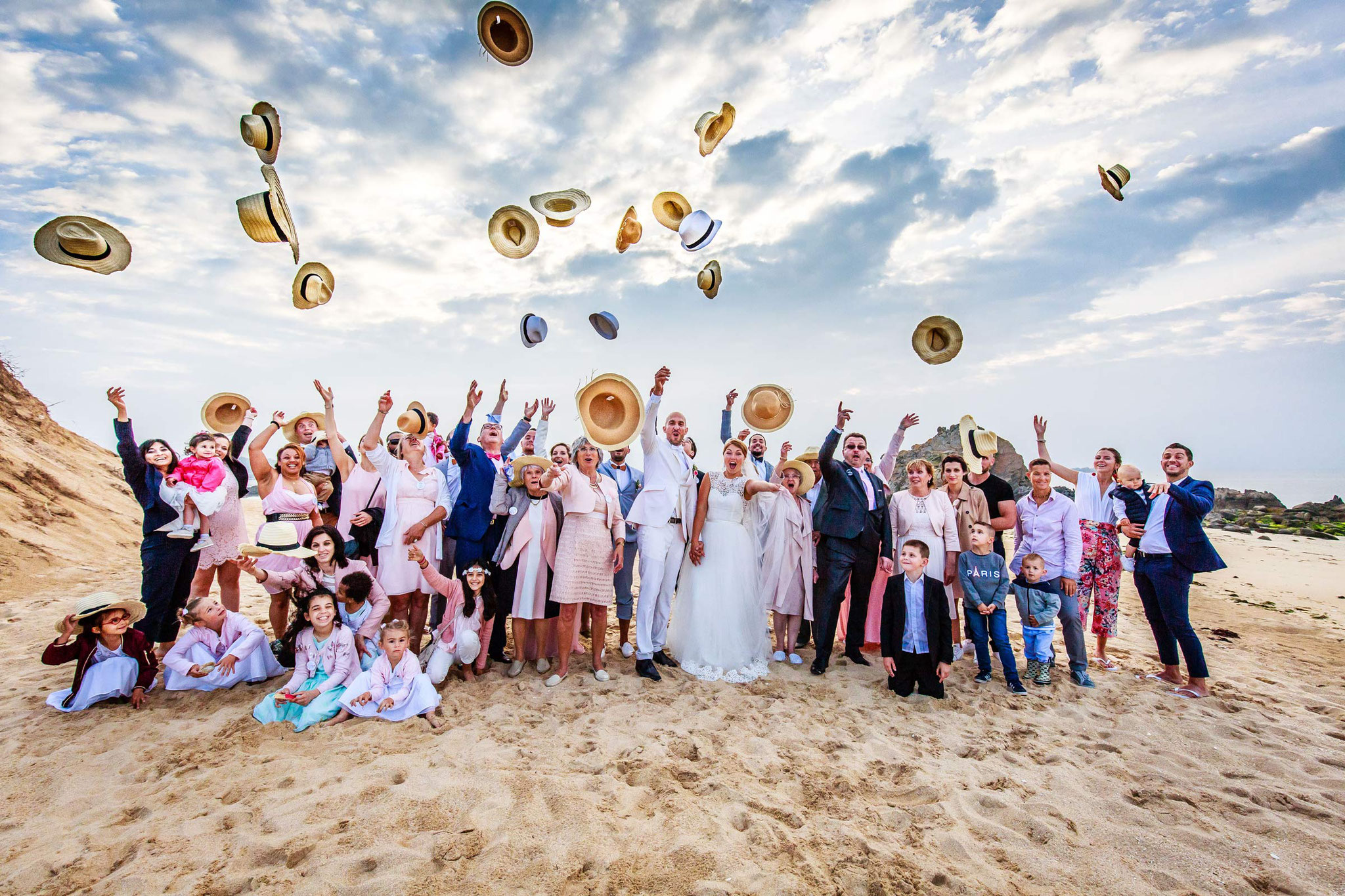 Mariage photo de groupe , Bride and groom photo sur la plage au coucher du soleil