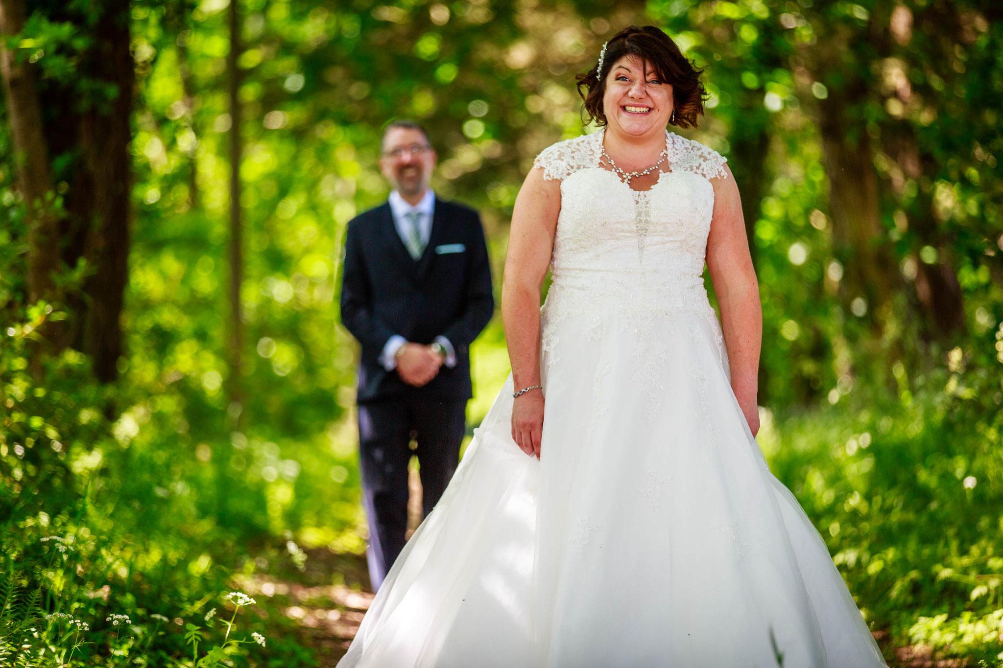 séance photo de mariage en apparté sur un chemin forestier
