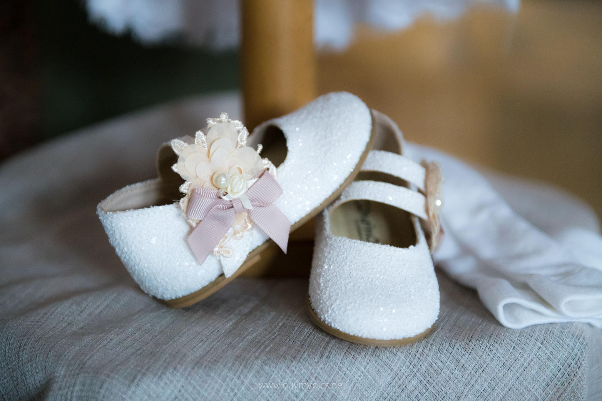 Weiße Schuhe für das getaufte Kind als Zeichen der Unschuld