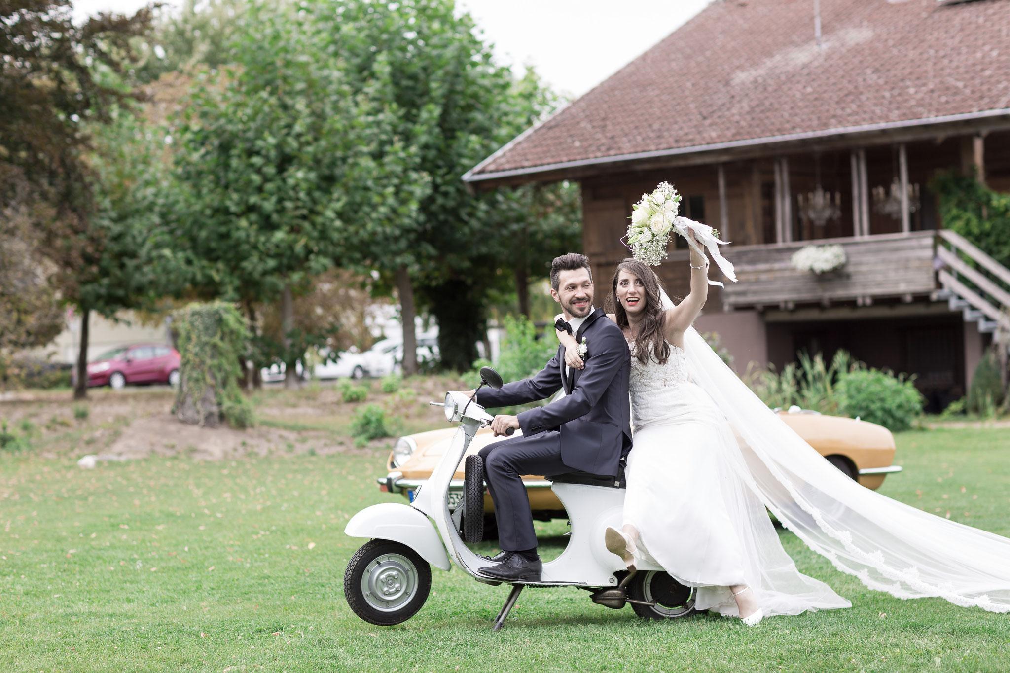 Brautpaar-Shooting mit einem Retro Roller