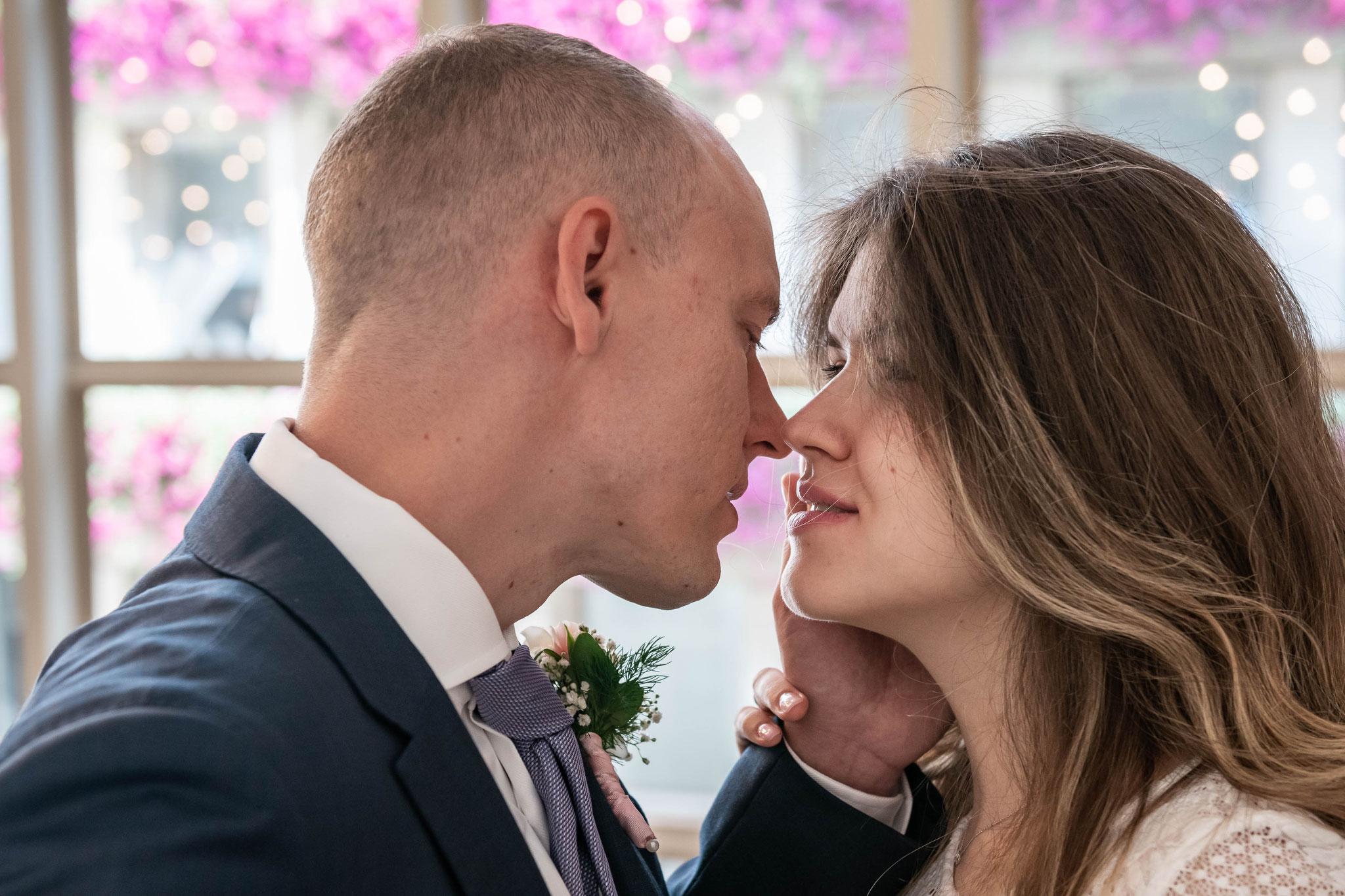 Romantische Aufnahmen der Braut und dem Bräutigam beim Küssen