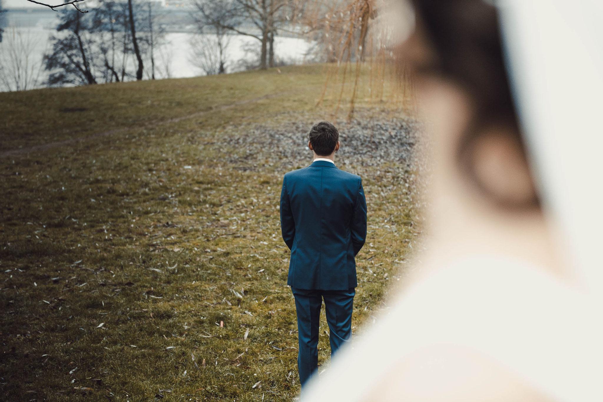 First Look Aufnahme während der Hochzeitsfotografie in Frankfurt Höchst