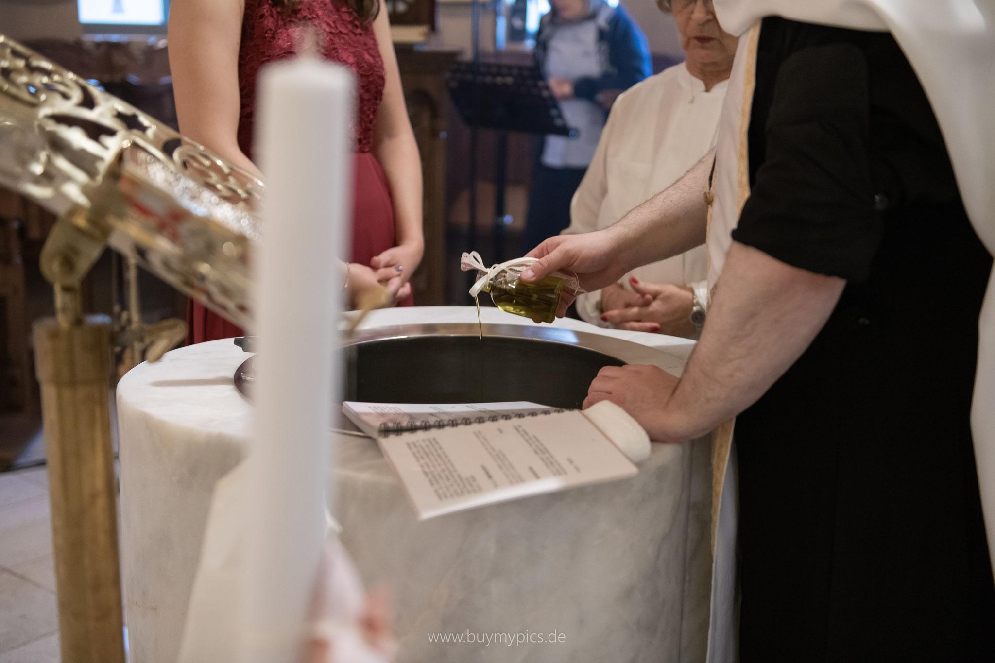 Olivenöl wird in das Taufbecken gegeben
