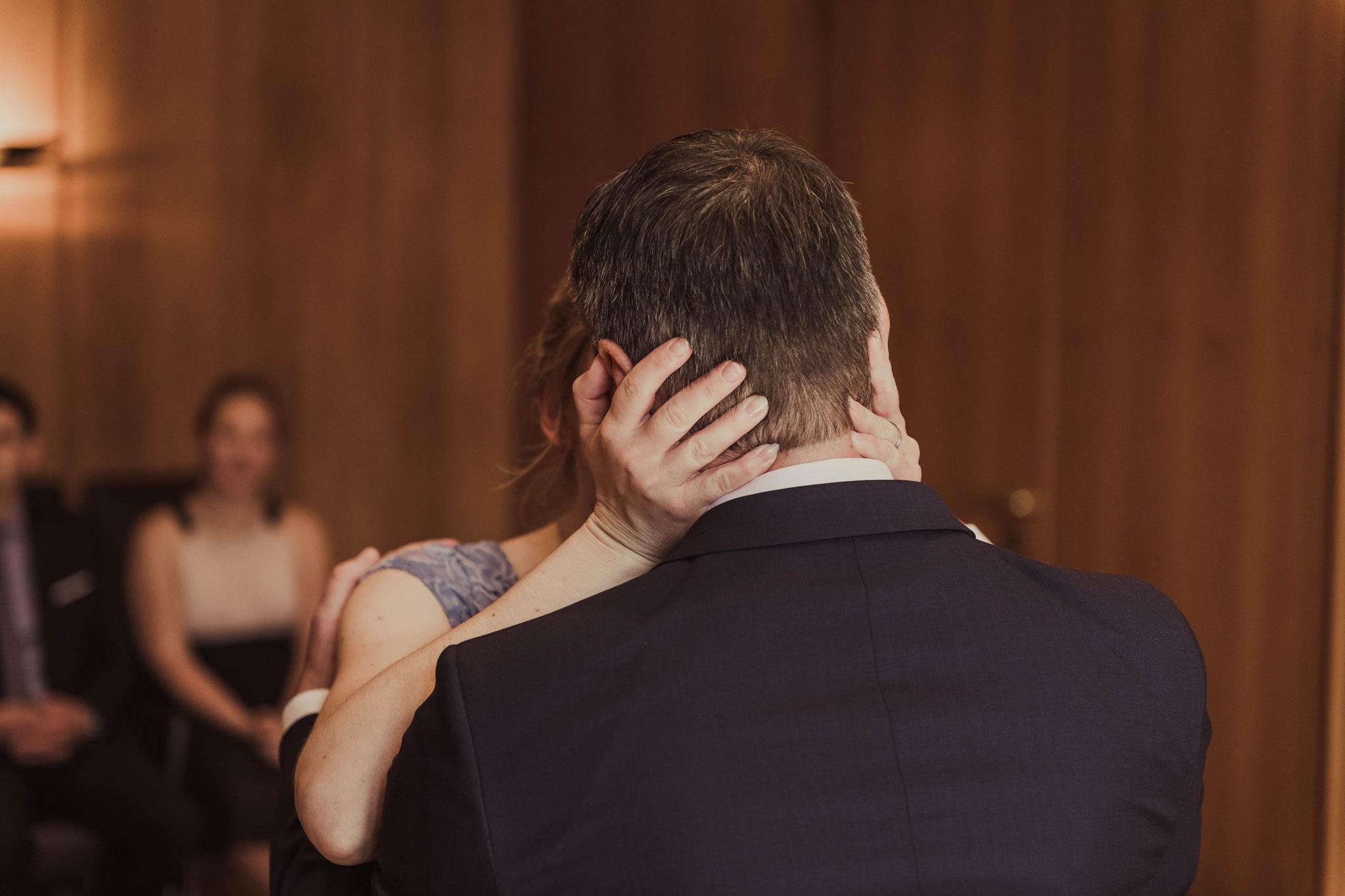 Die Braut küsst dem Bräutigam nach der Trauung