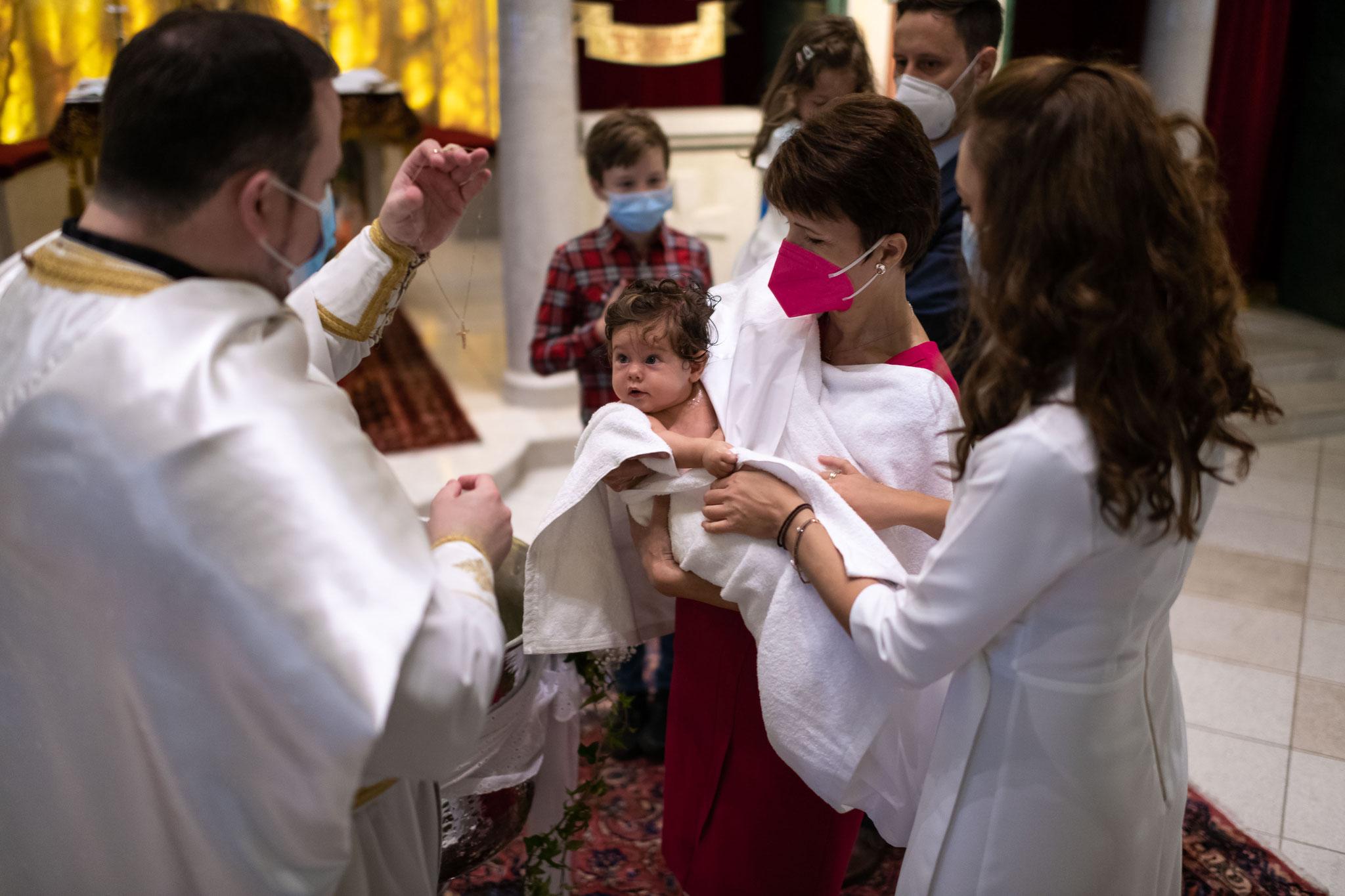 Perfekte Filmaufnahmen in der Kirche während der Taufe vom professionellen Kamerateam in Offenbach am Main