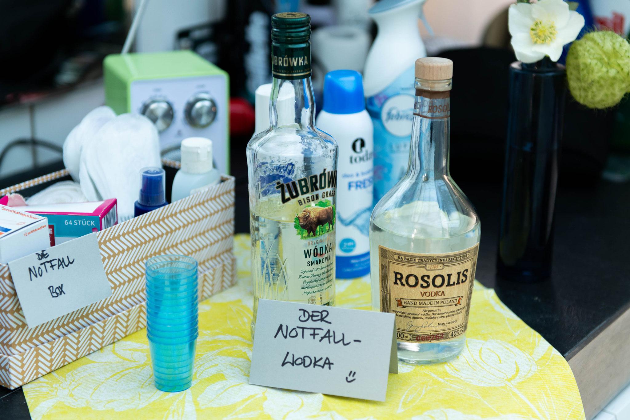 Die Notfall box und Notfall Vodka für die Hochzeitsnacht