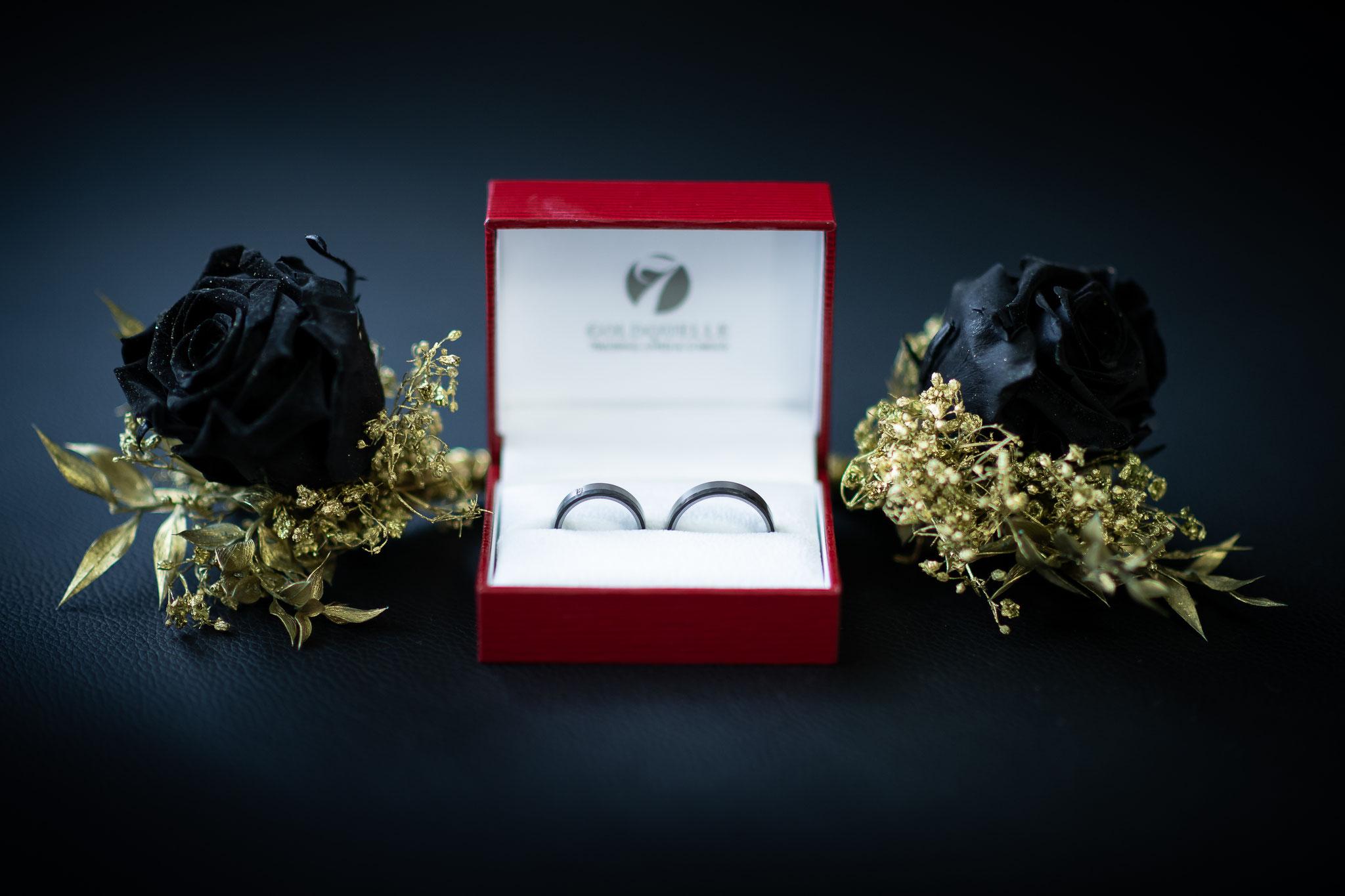 Hochzeitsringe in schwarzer Farbe aus Titan und Edelstahl dekoriert mit zwei schwarzen Rosen