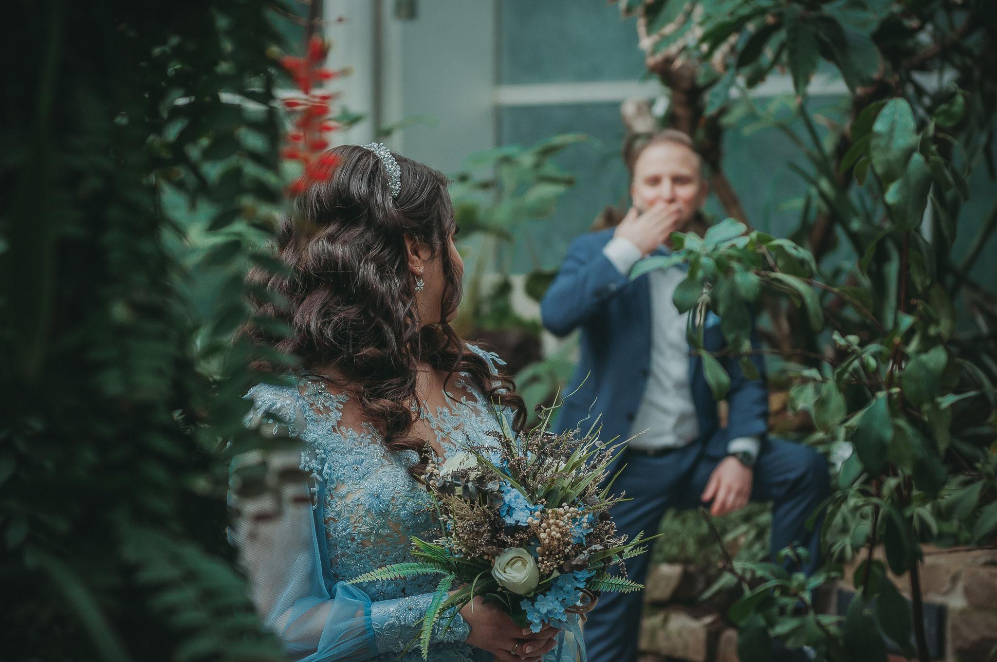 Liebevolle Aufnahmen von verliebten und verlobten