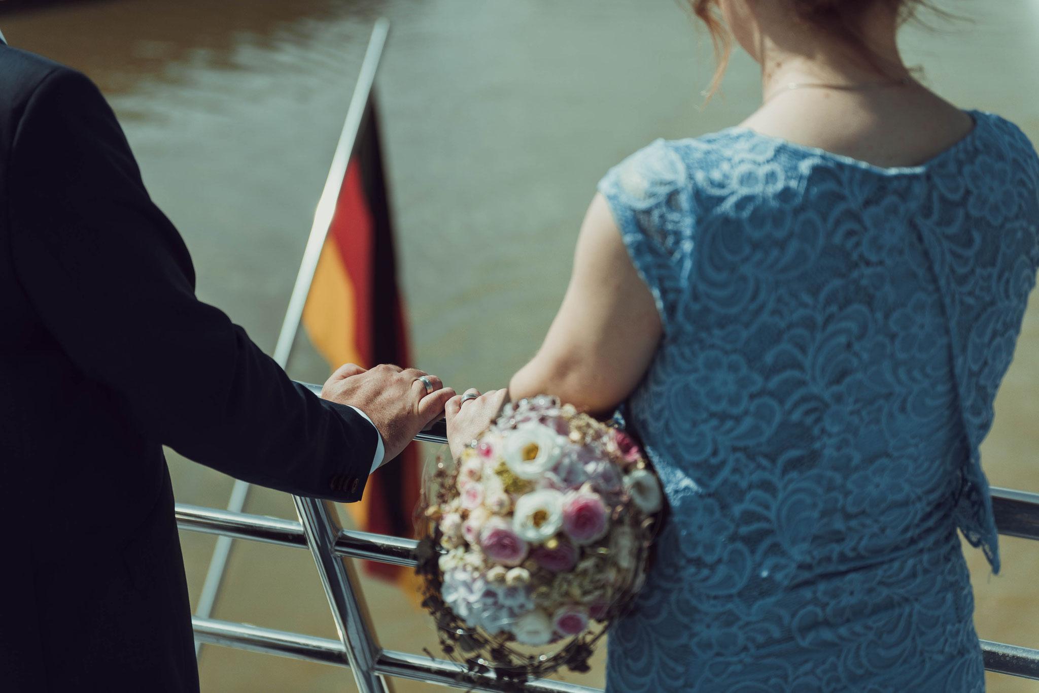 Brautpaar präsentieren stolz die Eheringe