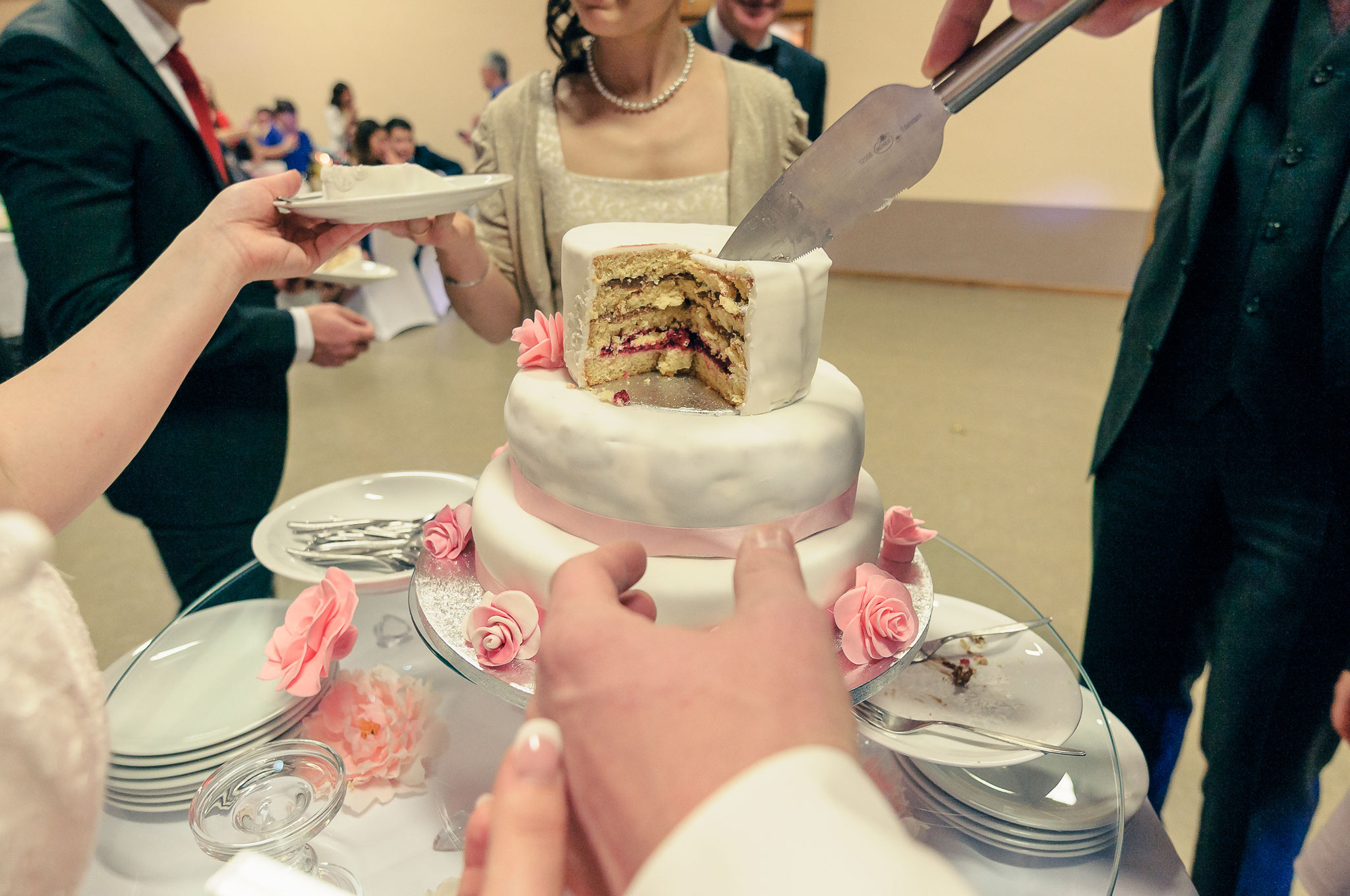 Hochzeitstorte wird angeschnitten