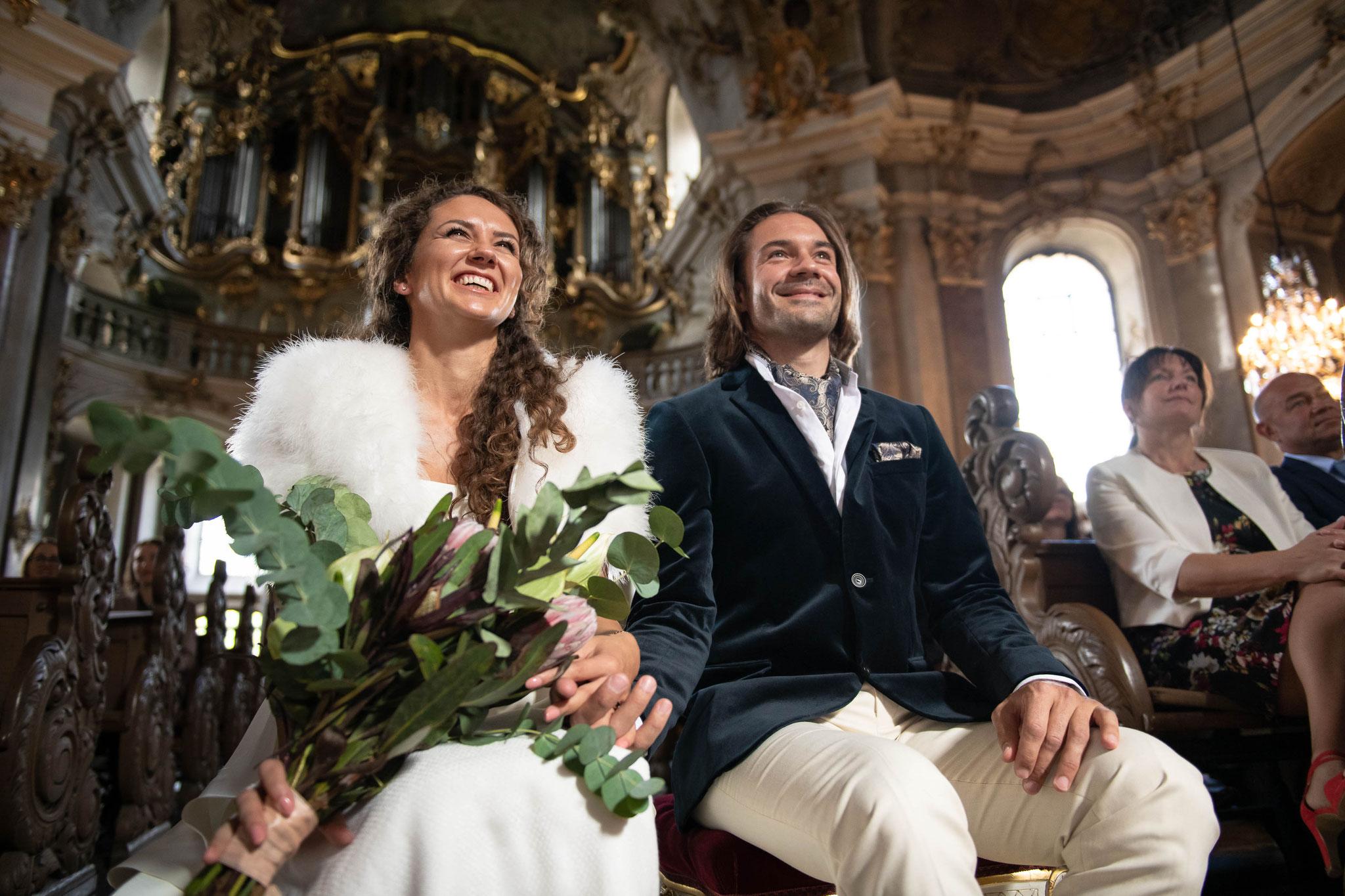 Das Brautpaar während der Trauung vor dem Altar