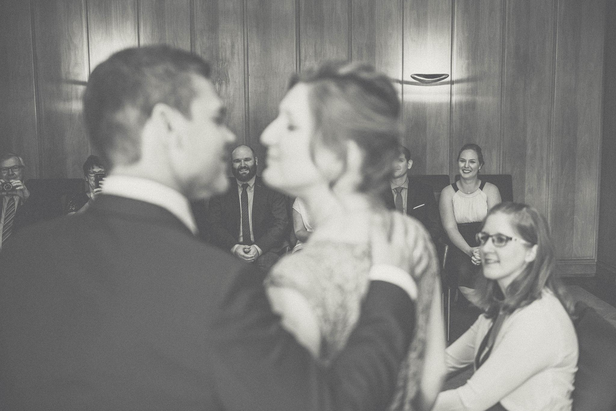Bräutigam schaut liebevoll seine Braut an