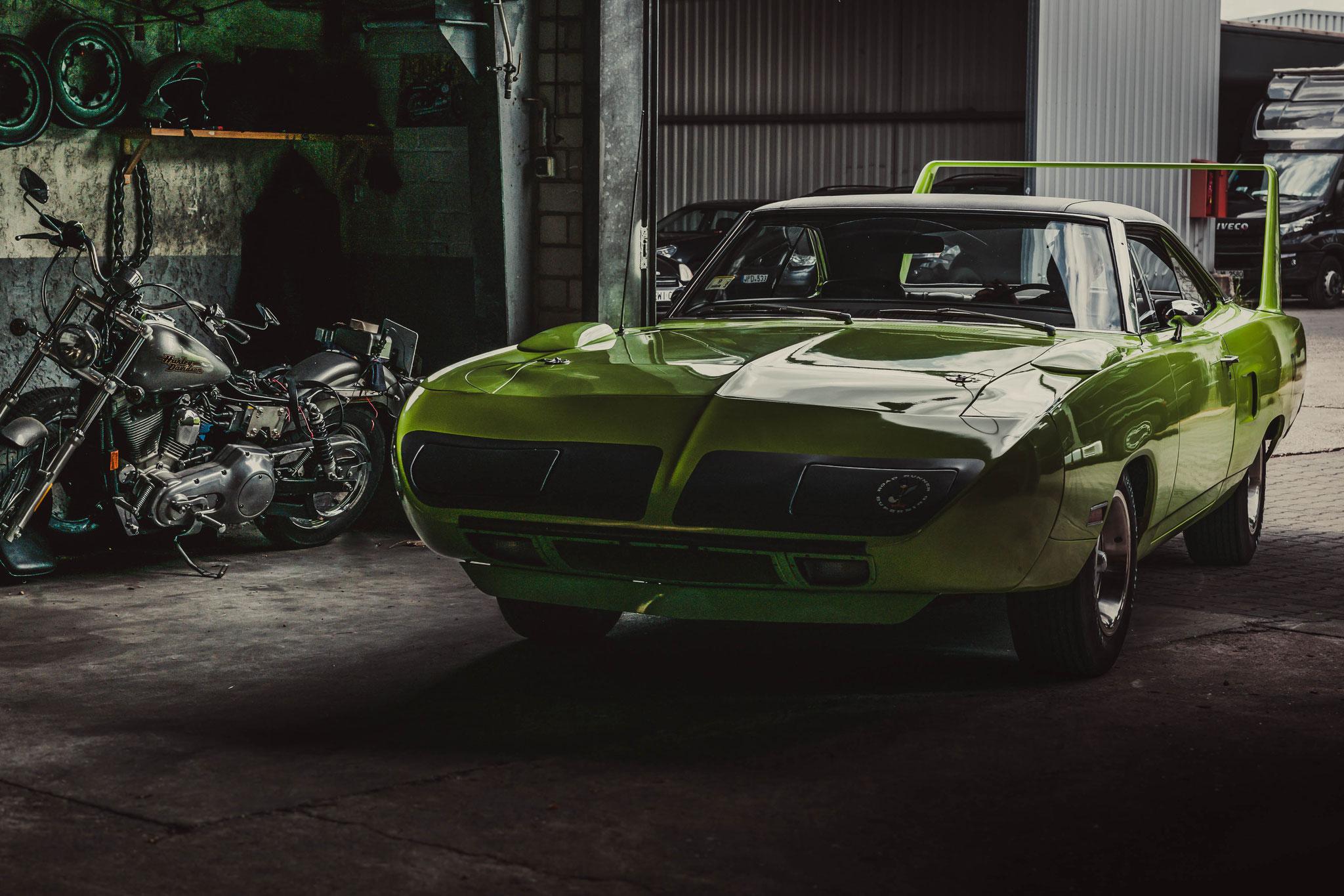Plymouth Superbird während der Aufnahmen in der Werkstatt