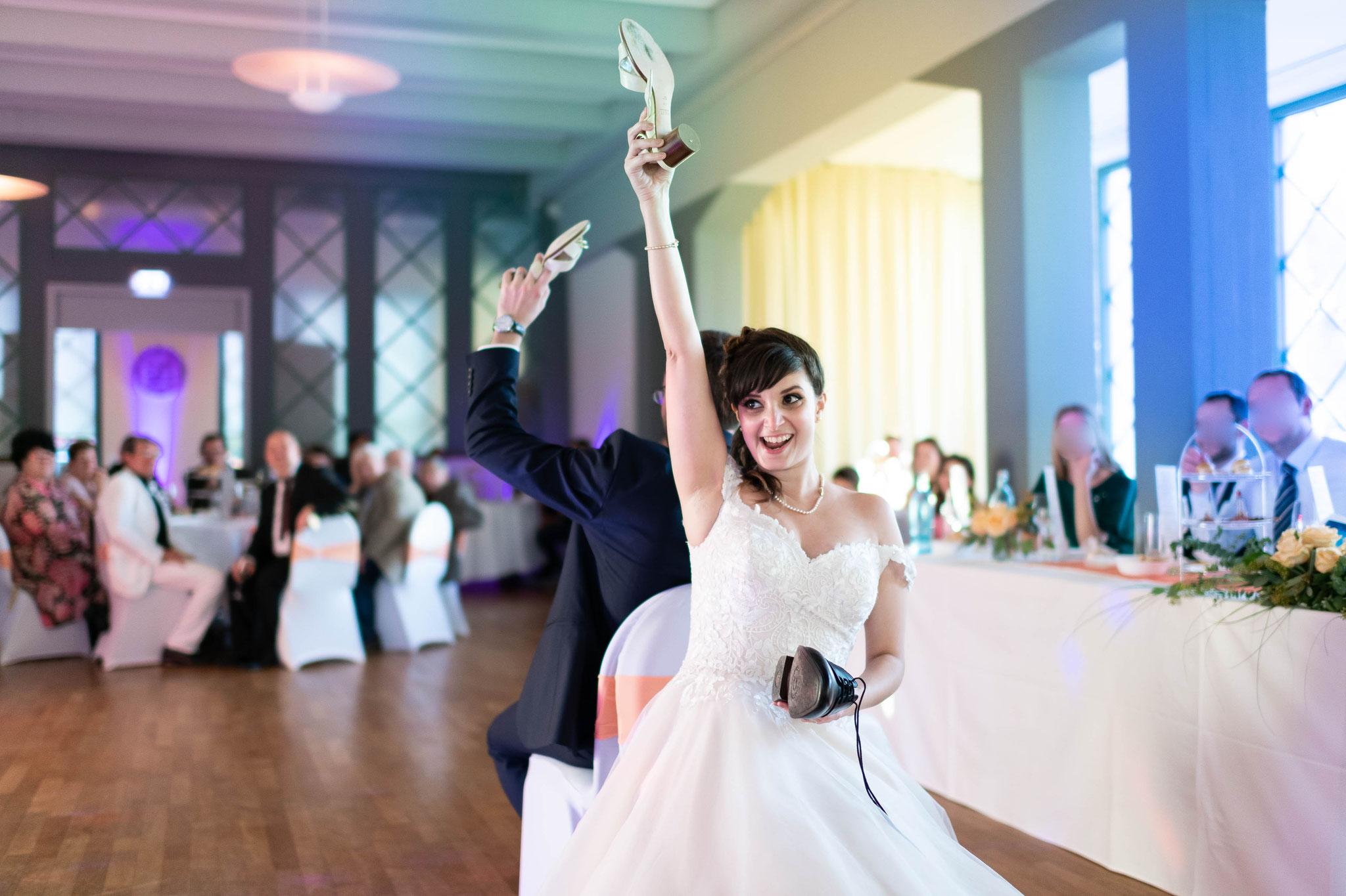 Die Braut und der Bräutigam behaupten sich in einem Spiel