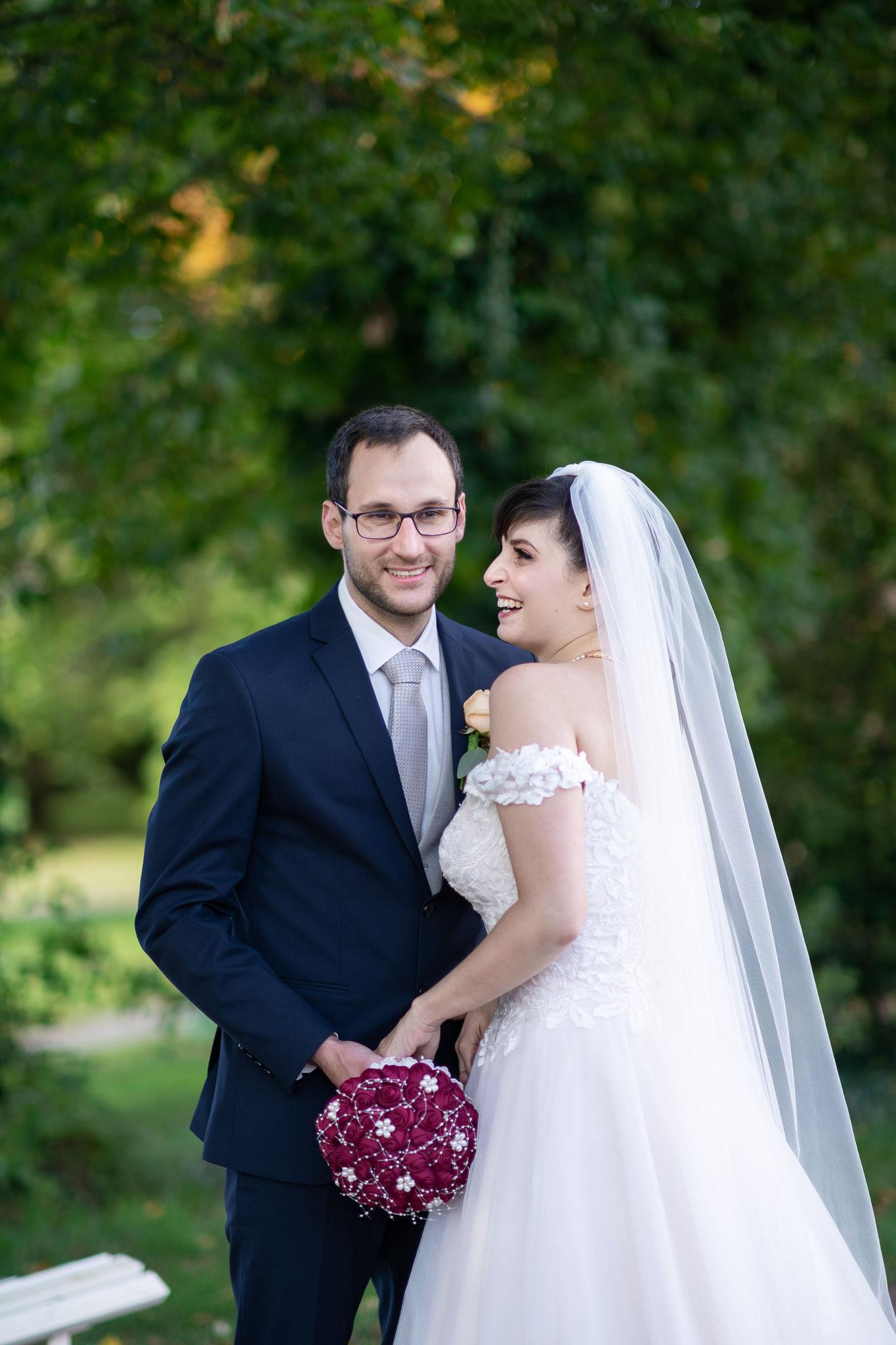 Aufnahmen beim Brautpaarshooting im Garten von Schloss Braunshardt in Weiterstadt