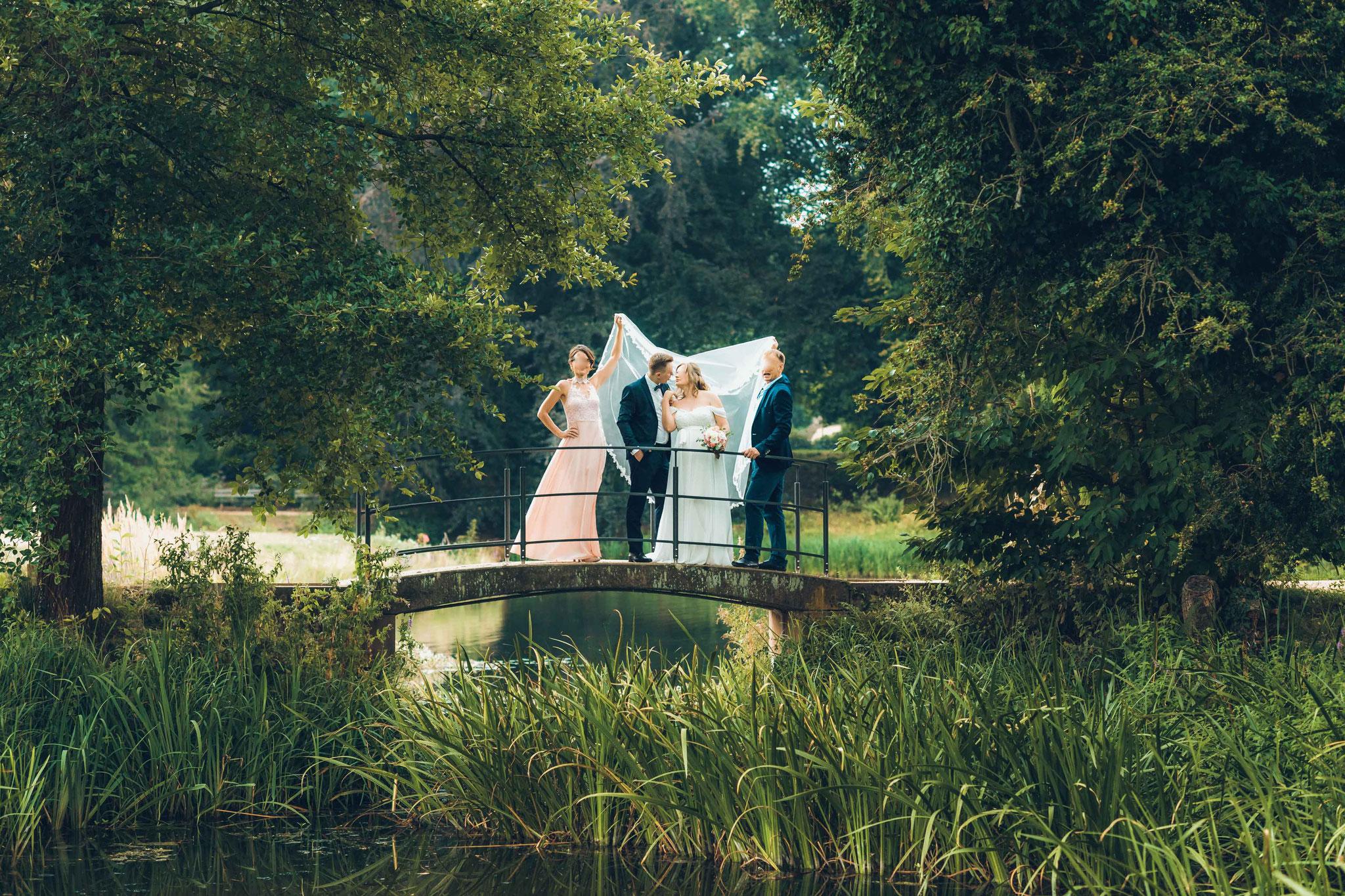 Romantisches Shooting mit der Braut, dem Bräutigam und den Trauzeugen