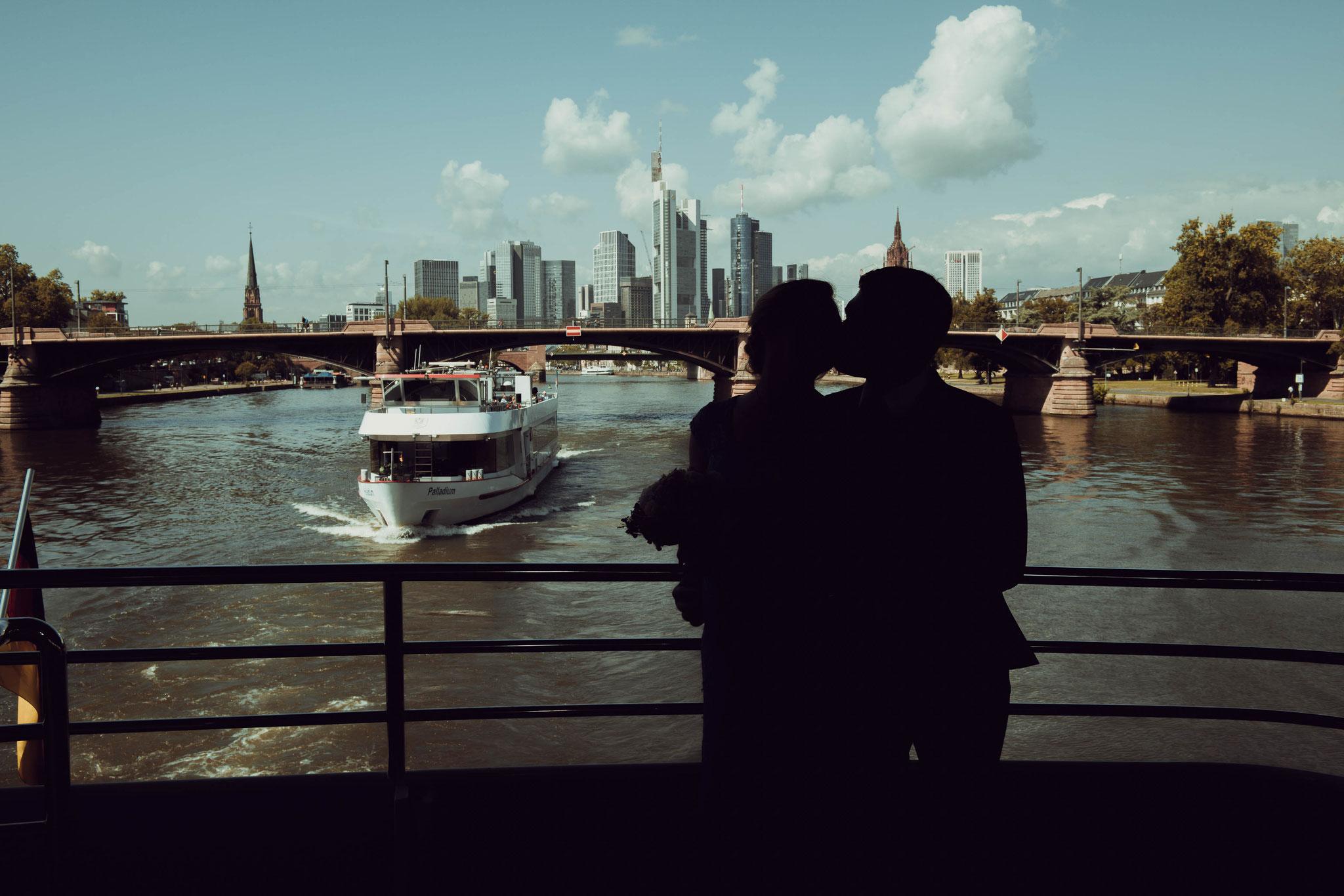 Brautpaar beim Küssen mit Blick auf die Metropole Frankfurt