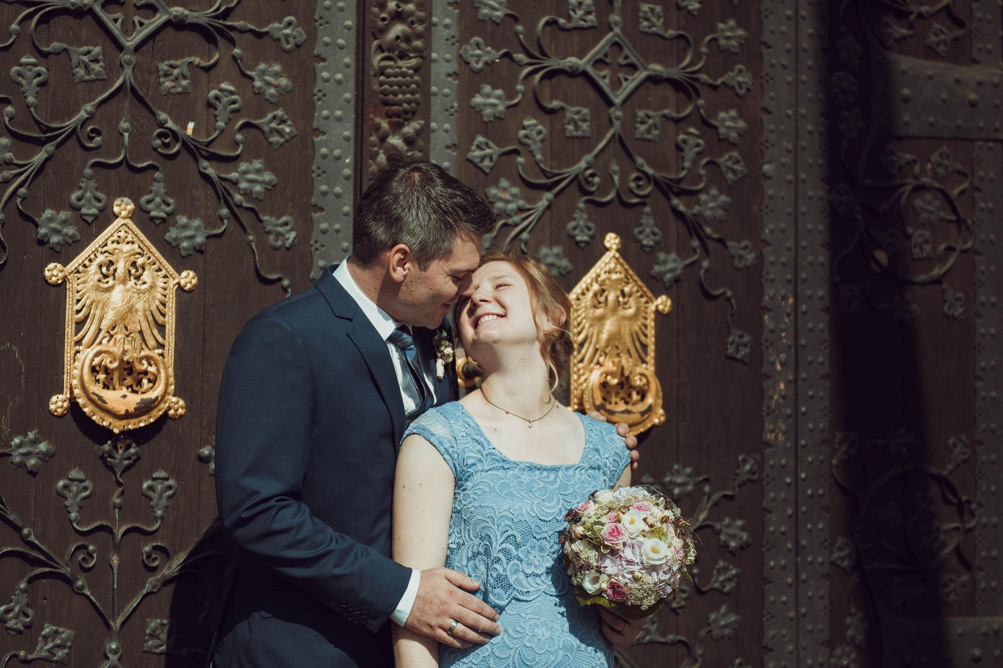 Brautpaar vor den Toren des Standesamtes in Frankfurt am Main am Römer