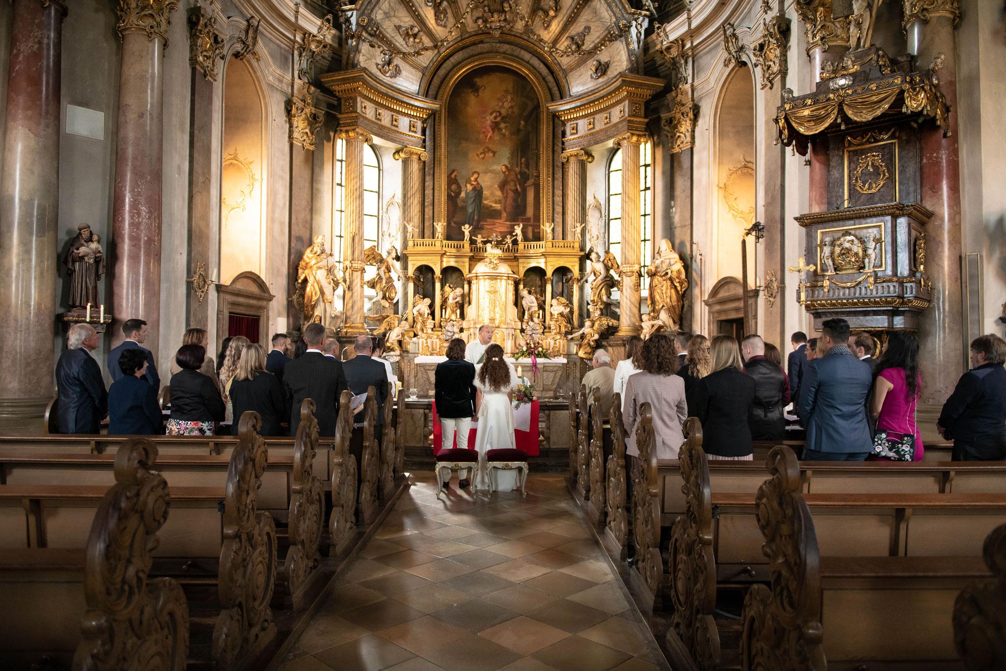 Hochzeitsfotograf für professionelle Fotos bei der Trauung in der Kirche