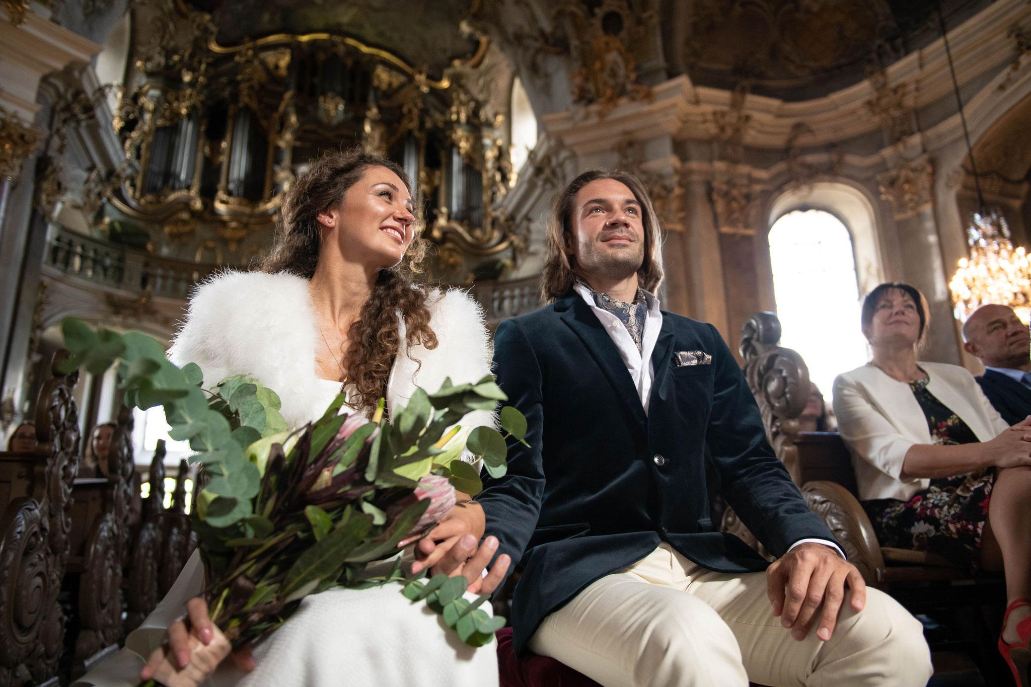 Brautpaar vor der Trauung in der Kirche