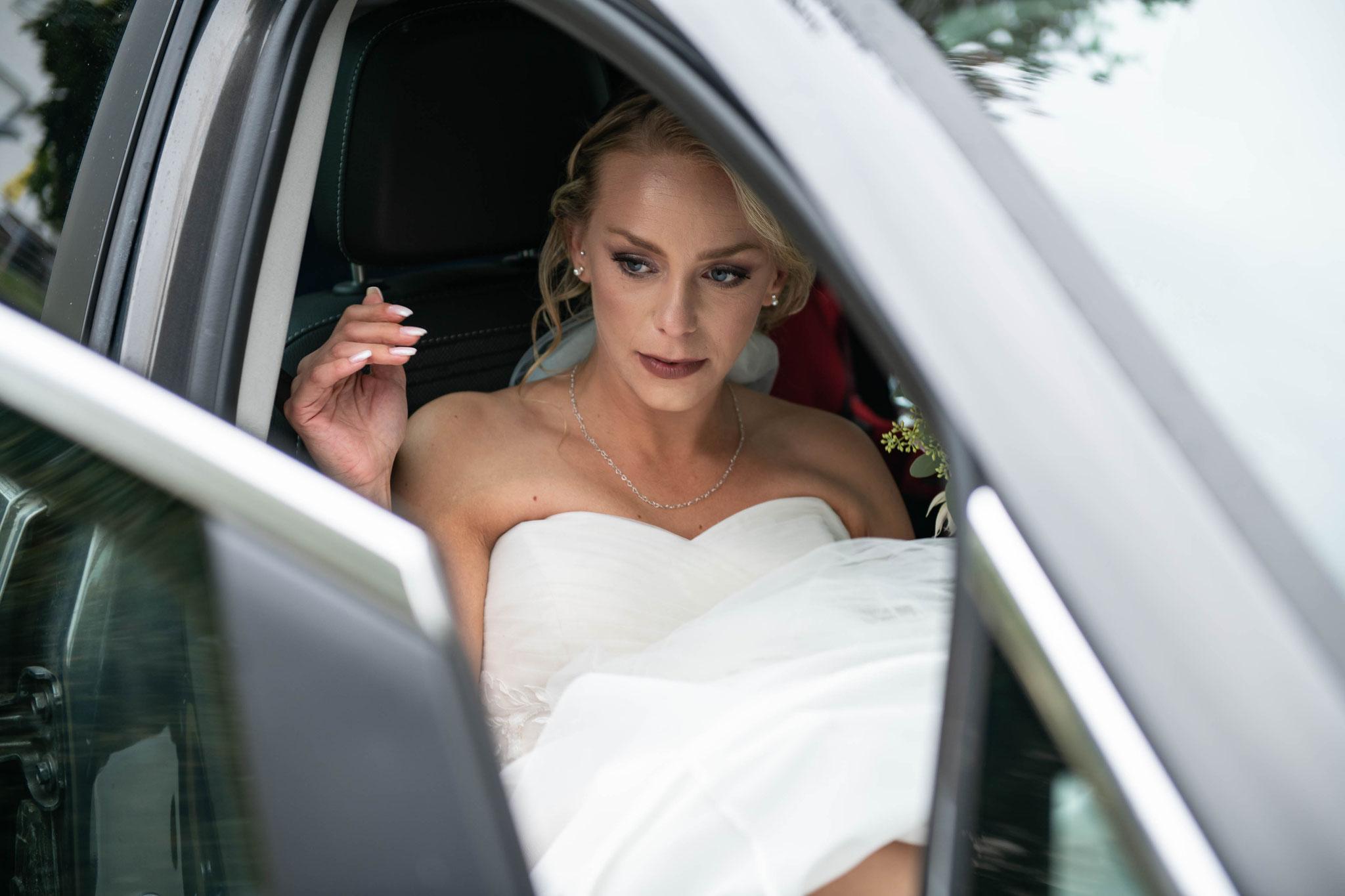 Braut kommt im Auto an