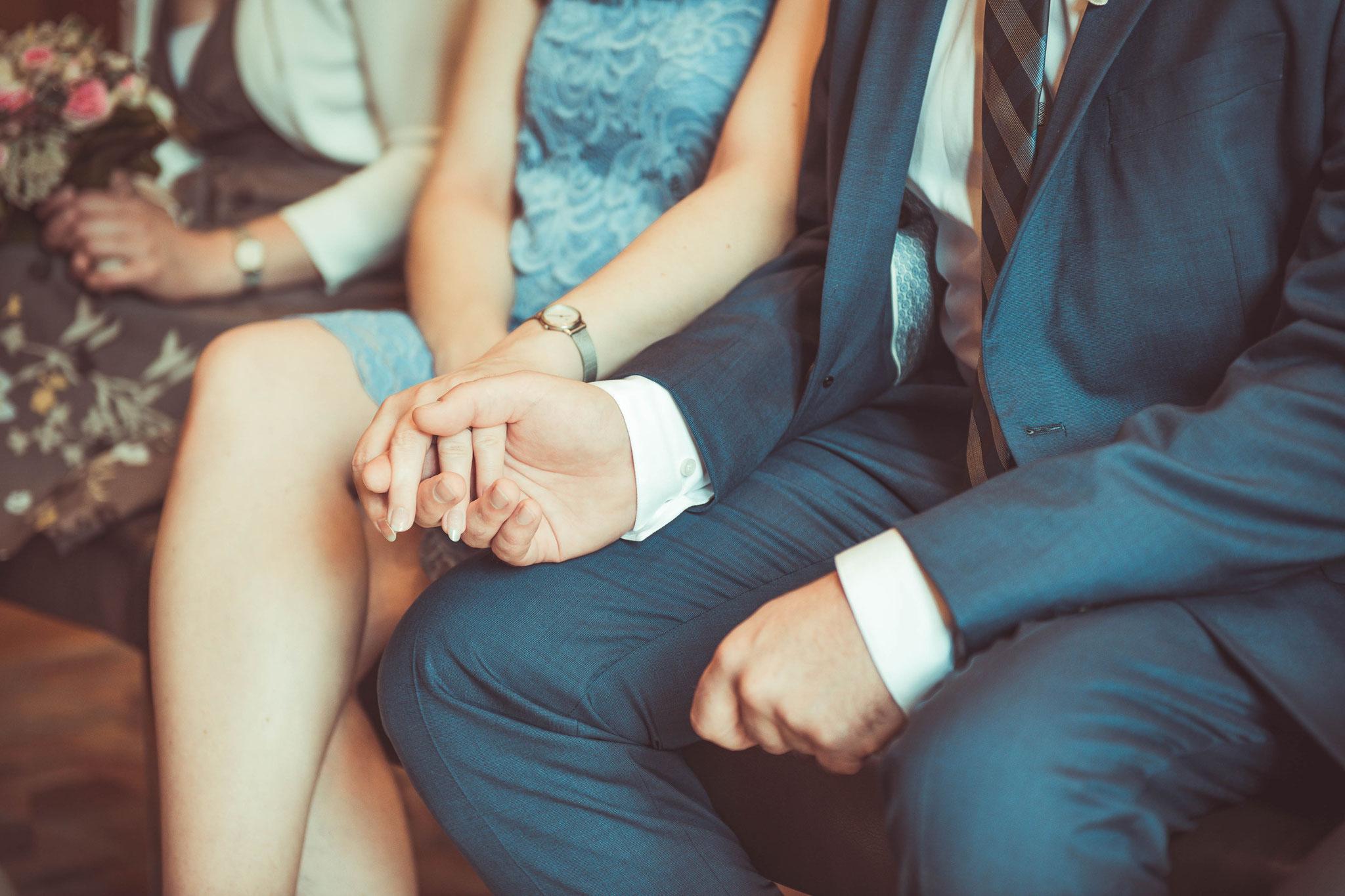 Braut und der Bräutigam halten verliebt die Hänfchen