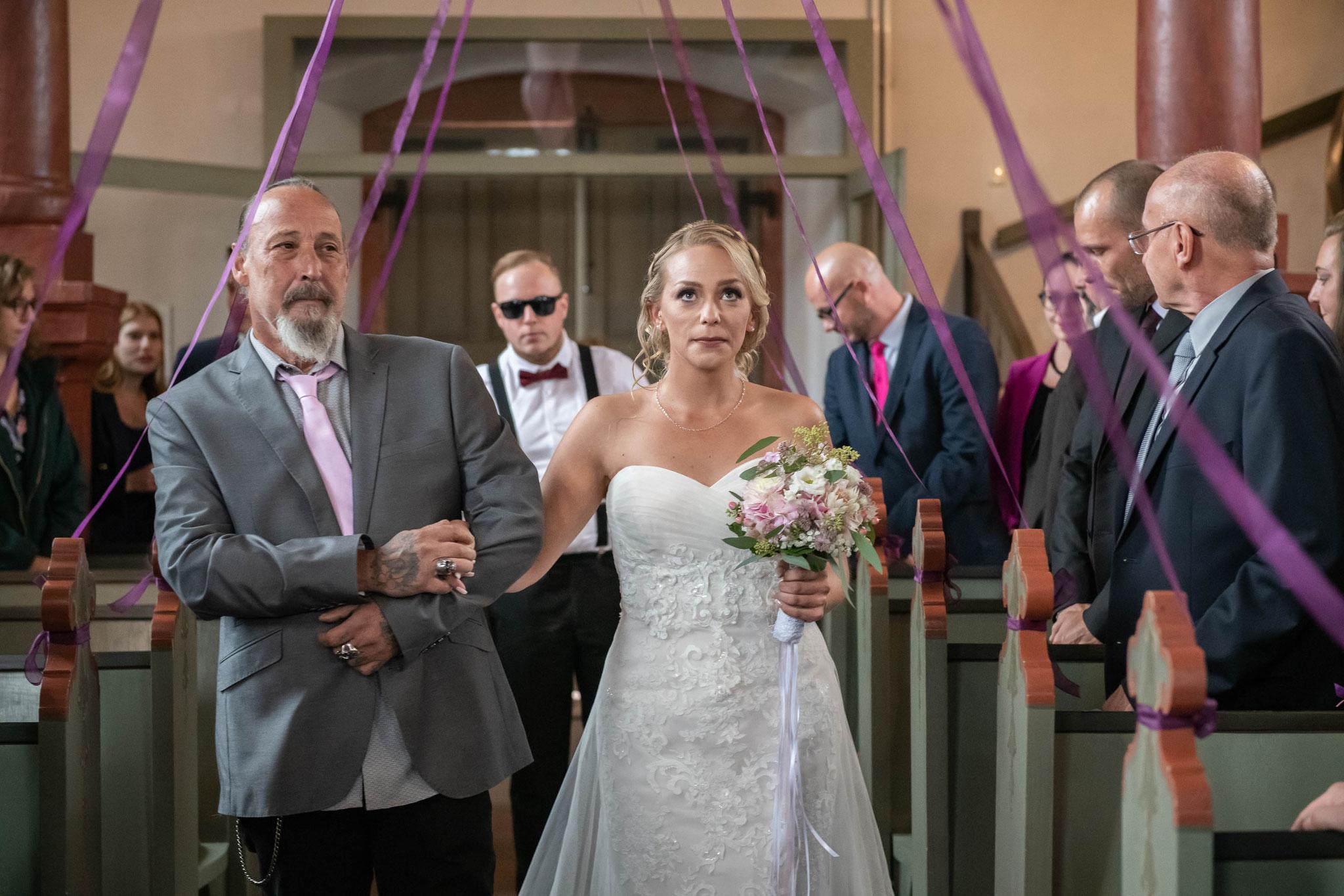Vater führt führt die Tochter zum Bräutigam