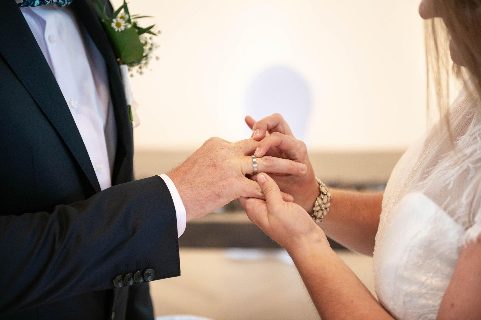 Im Auftrag der Liebe - Die Braut zieht dem Bräutigam den Ring über den Finger