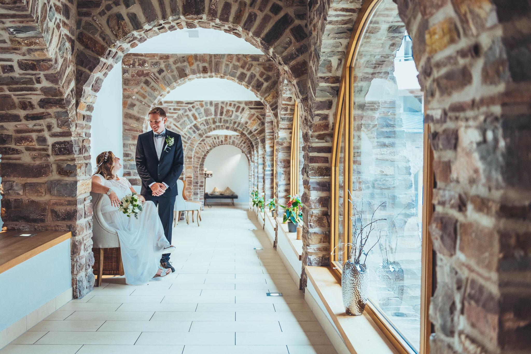 Ihr professioneller Hochzeitsfotograf für Brautpaar Shooting im Klosterhotel Marienhöh Langweiler
