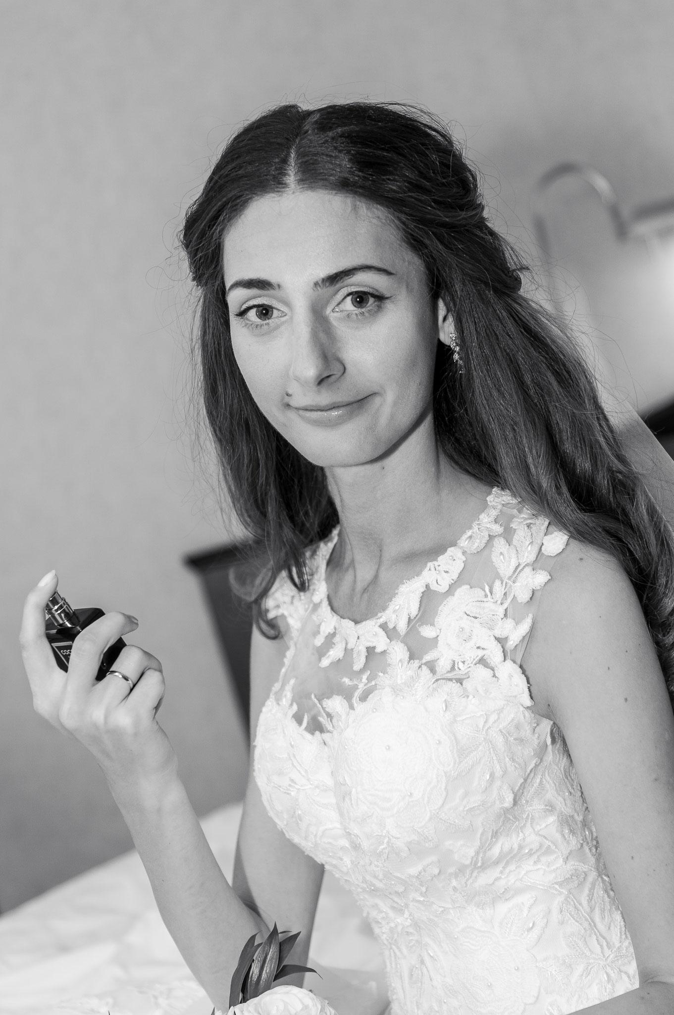 Spontane Aufnahmen der Braut im Hotel