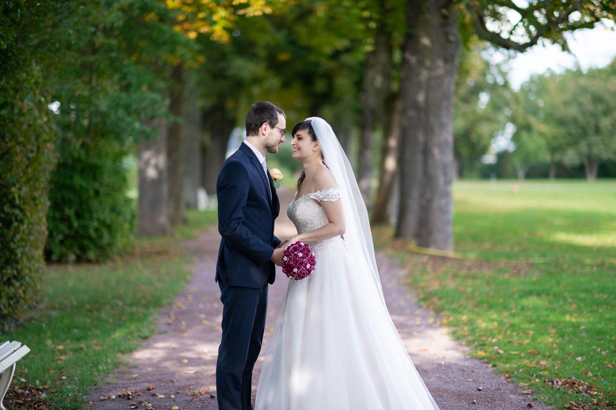 Romantisches und authentisches Brautpaarshooting im Garten von Schloss Braunshardt in Weiterstadt