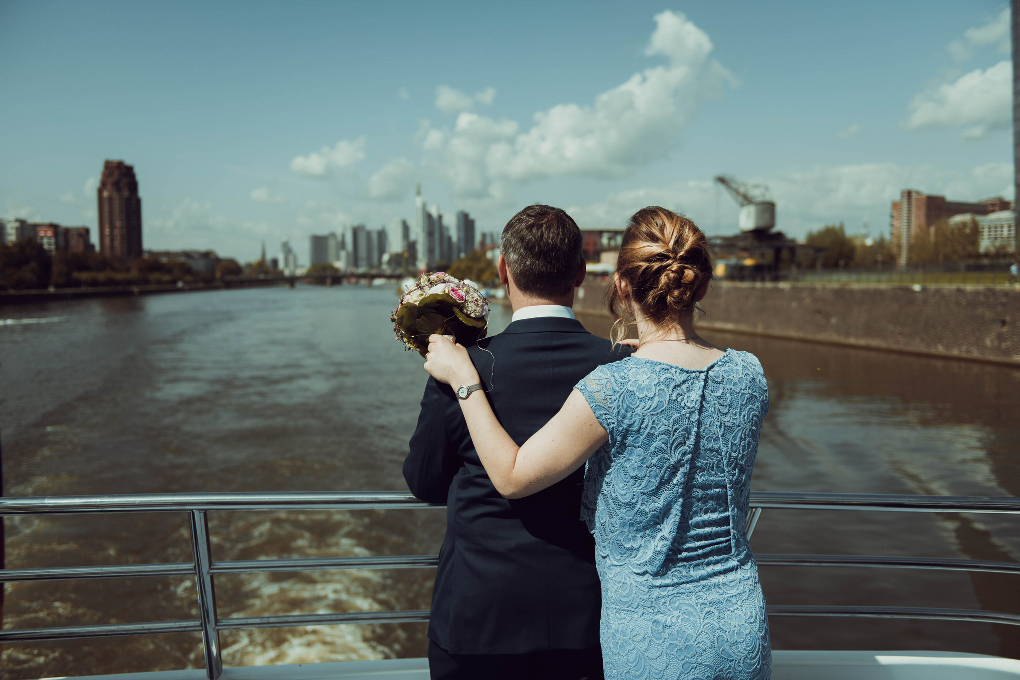 Brautpaar genießen die Stadtpanorama von Frankfurt